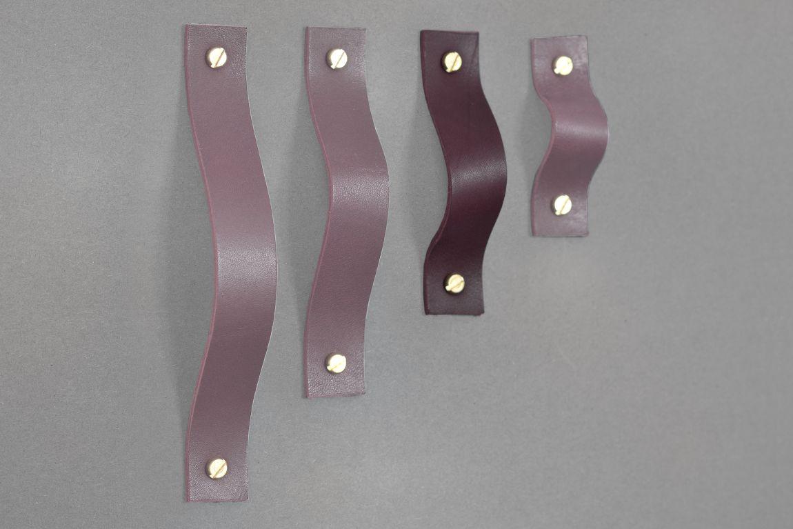 Uchwyt meblowy ze skóry Lade Ny to alternatywa dla tradycyjnych metalowych rączek Jest wygodnym rozwiązaniem do szuflad ale świetnie sprawdzi się również na frontach otwieranych Wariant 7 wykonany jest ze skóry barwionej na kolor wiśniowy Materiały: skóra bydlęca garbowana roślinnie o grubości 3 4 mm 2 śruby mosiężne lub stalowe M4 o długości 30 mm z nakrętkami Wymiary: 20 mm szerokości 20 mm wysokości po zamontowaniu Uchwyt skórzany dostępny w czterech długościach: 76 mm sugerowany do rozstawu otworów 46 mm 102 mm sugerowany do rozstawu otworów 76 mm 126 mm sugerowany do rozstawu otworów 96 mm 158 mm sugerowany do rozstawu otworów 128 mm możliwe inne długości na zamówienie Skóra licowa to szlachetny materiał Aby pięknie się starzał należy dbać o niego korzystając z preparatów do pielęgnacji skóry licowej
