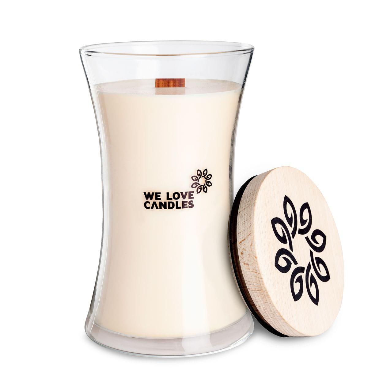 Kolekcja BASIC to sojowe świece zapachowe o soczystych kolorach i intensywnych, naturalnych zapachach inspirowanych codziennymi, prostymi przyjemnościami jakie niesie ze sobą życie. Świece z tej kolekcji zamknięte są w designerskie szklane pojemniki (zaprojektowane dla marki przez artystę-rzemieślnika) wytwarzane w polskiej hucie szkła. Pokrywkę stanowi drewniane wieczko, a całość dopełnia przyjemnie skwierczący w trakcie palenia drewniany knot. Dzięki prostej, ale ciekawej formie świece te stanowią niebanalny dodatek do domu, który szczególnie przypada do gustu fankom i fanom minimalizmu i życia w rytmie slow. Cotton Breath Świeca Cotton Breath to zapach świeżego prania, które wieszasz w słoneczny dzień w ogrodzie. Ciepłe powietrze pachnie późnym latem, wiatr smaga wyprane rzeczy i wszędzie unosi się zapach świeżości. To prosty zapach, tak prosty jak letnie przyjemności. Ta świeca przypadnie do gustu każdemu kto lubi sielski klimat i ceni sobie spokój. Świece z kolekcji BASIC pakujemy