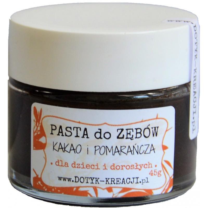 Nietoksyczna, wegańska PASTA DO ZĘBÓW czyści zęby przy użyciu naturalnych składników bez substancji chemicznych. Pasta ma przyjemny lekko słodki smak czekolady, pomarańczy, cynamonu i mięty, pozostawia zęby czyste i chronione. Rewolucyjna alternatywa dla fluoru w paście. Idealny produkt dla CAŁEJ RODZINY. Dodatek kakao sprawia, że pasta jest również idealną bezfluorową alternatywą past dla DZIECI. PASTA w szklanym słoiku, który jest przyjazny środowisku i nadaje się do recyklingu lub do ponownego wykorzystania. PODSTAWA OLEJ KOKOSOWY ma właściwości antybakteryjne i przeciwgrzybicze. OLEJ SEZAMOWY wybiela zęby i usuwa kamień nazębny, redukuje bakterie próchnicze. WITAMINA E to naturalny antyutleniacz olejów, który działa przeciwzapalnie. REMINERALIZACJA ZIEMIA OKRZEMKOWA to naturalna skała osadowa, niezwykle bogata w wiele minerałów m.in. krzem. Łagody środek ścierny. Mineralizuje szkliwo. GLINKA BIAŁA oczyszcza jamę ustną z toksyn i bakterii, pochłania metale ciężkie, wzmacnia zęby. Ma