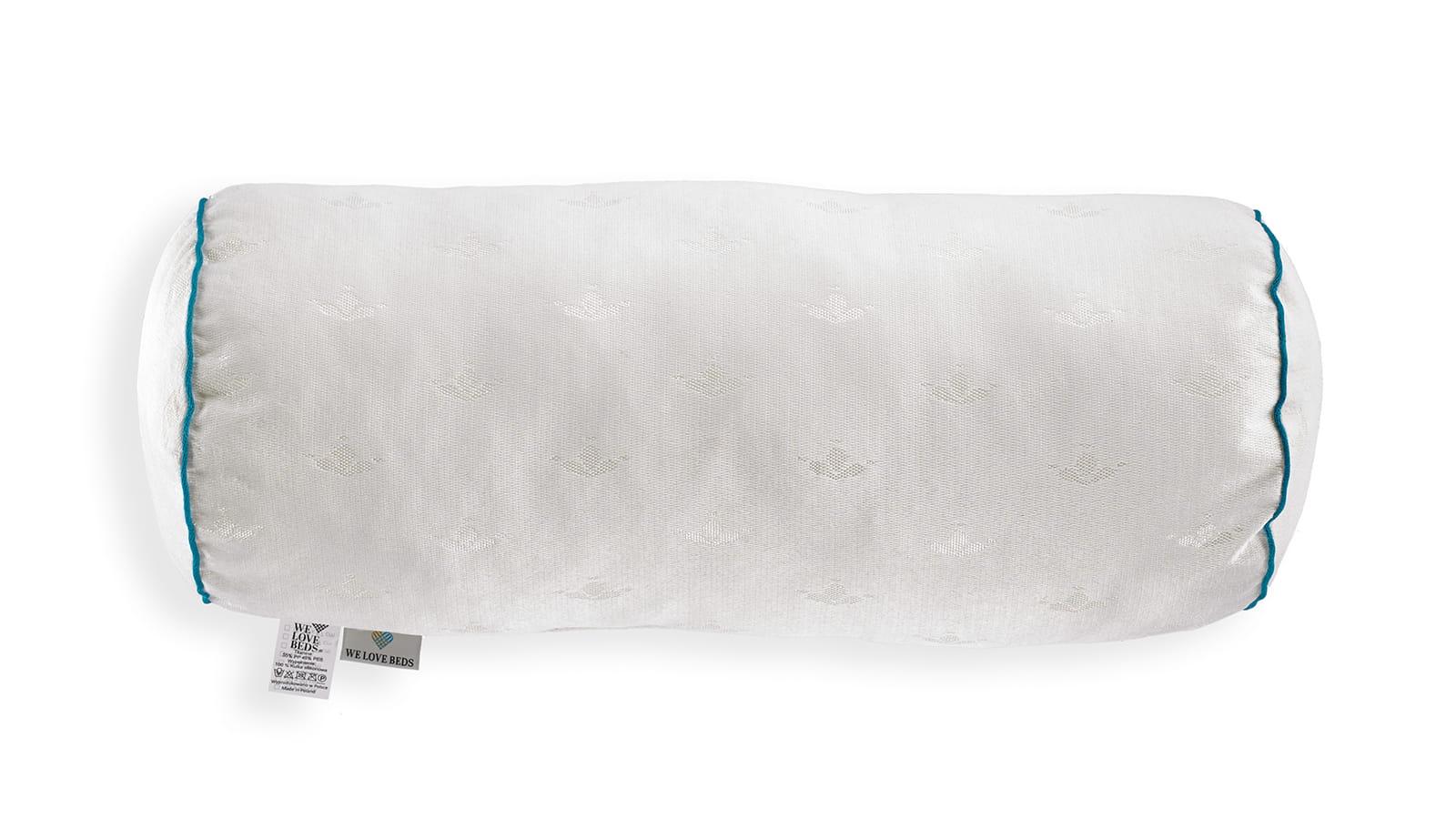 Wypełnienie jedwabne przeznaczone jest jako wkład do poszewek dekoracyjnych. Wykonane jest z wysokiej jakości syntetycznego jedwabiu, jest delikatne, miękkie i przytulne. Wypełnienie jest produktem najwyższej jakości, nietoksycznym i w stu procentach bezpiecznym. Z zewnątrz wykończone jest elegancką lamówką z wypustką, natomiast wewnątrz znajdują się silikonowe kulki. Kulki są antyalergiczne i całkowicie bezpieczne dla zdrowia. Są wytwarzane przez polskiego producenta, posiadają 3 atesty: - Oeko-Tex® Standard 10 – najważniejszy na świecie znak bezpieczeństwa dla wyrobów włókienniczych. Produkty posiadające ten znak są wolne od wszelkich substancji szkodliwych w stężeniach mających negatywny wpływ na ludzkie zdrowie - TUV – certyfikat spełnienia norm środowiskowych na zawartość formaldehydu i związków cynoorganicznych - Międzynarodowy Certyfikat Trudnopalności FIRA wydany przez światowych specjalistów Wypełnienie jest produktem najwyższej jakości, nietoksycznym i w stu procentach bezpie