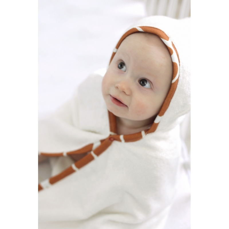 """To bambusowy ręcznik - narzutka stworzony do tego by dotykać skóry dziecka. Nigdy nie przestaje być miękki, nawet po wielu praniach. Otula i wchłania po kąpieli 60% więcej wilgoci niż ręcznik bawełniany. Dwustronny bawełniano-bambusowy kapturek daje dwie możliwości użycia, wzorem na zewnątrz lub do wewnątrz. Cały ręcznik jest wykończony miękką bawełnianą lamówką z wygodną pętelką do zawieszenia. Bezniklowe napy można zapiąć, żeby ręcznik nie spadł podczas mycia zębów po kąpieli, suszenia włosów, przejścia z basenu do szatni lub siedzenia na plaży po kąpieli w morzu. Produkt jest wykonany z materiałów i barwników certyfikowanych Oeko-Tex Standard 100 """"Tekstylia godne zaufania"""" I klasy. Ręczniki wykonane z włókna bambusowego: są niezwykle delikatne i miękkie, a jednocześnie bardzo trwałe i wytrzymałe, posiadają właściwości antybakteryjne i antygrzybiczne, nie powodują odczynów alergicznych, są bezpieczne dla skóry, chłoną wodę aż o 60% lepiej od bawełny. posiadają właściwości termoregula"""