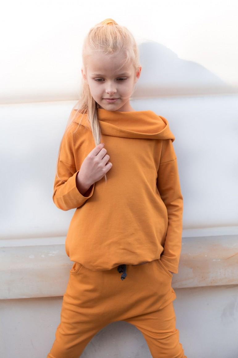 Tunika ma wszystko, czego potrzebuje dziewczynka (wygodna, praktyczna, z kieszeniami i kapturem) oraz rodzic (oryginalna, uniwersalna, po podciągnięciu służy jako bluza - idealnie sprawdzi się z jeansami lub spodniami). Tunika dzięki oversiz'owemu krojowi nie krępuje ruchów, jest bardzo wygodna i pięknie układa się na małej dziewczynce. Kaptur jest elementem, który wyróżnią tę stylizację. Idealnie prezentuje się na głowie, a opuszczony na plecy, tworzy piękny przód. Tunika idealna do przedszkola, szkoły, a dzięki możliwej wspólnej stylizacji rodzinnej możecie ją wykorzystać na rodzinne wyjścia jak: spacer, kino, wizyta u znajomych, rodziny, sesja zdjęciowa.80/86: długość - 46 cm; biodra (najszersza część sukienki) - 37 cm 92/98: długość - 50 cm; biodra (najszersza część sukienki) - 39 cm104/110: długość - 55 cm; biodra (najszersza część sukienki) - 41 cm116/122: długość - 61 cm; biodra (najszersza część sukienki) - 43 cm128/134: długość - 67 cm; biodra (najszersza część sukienki) - 45