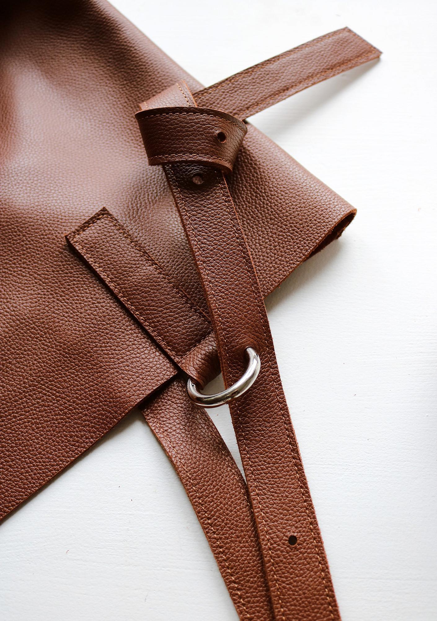 Torba Shopper Bag Cinnamon Nasza wersja shopperki to największa i najpojemniejsza torba jaka dotąd powstała w studiu AGL Torba jest minimalistyczna w formie jednak posiada kilka bardzo praktycznych rozwiązań które czynią ją wyjątkową a także bardzo wygodną w użytkowaniu Ręcznie wykonana z najwyższej jakości włoskiej skóry naturalnej Rączki z sześcio stopniową regulacją dzięki której możemy zmieniać ich długość z krótkich po bardzo długie umożliwiające nawet założenie torby na krzyż w razie potrzeby Dwie kieszenie wewnętrzne większa do której zmieści się format A4 oraz mniejsza zamykana na zamek Wewnątrz 2 karabińczyki do których możemy przypiąć np klucze lub saszetkę z innej torby jak np z naszej Boxy Bag lub też Belt Pouch dzięki czemu zyskujemy jeszcze jedną kieszeń Otwór torby możemy znacznie zmniejszyć dzięki związaniu dwóch sznureczków znajdujących się wewnątrz torby wówczas zmieni ona lekko swój kształt i przybierze bardziej zwartą formę uniemożliwiającą zaglądanie do jej środka
