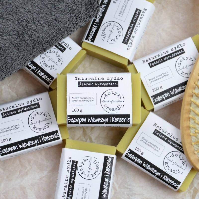 SZAMPON w kostce został stworzony do mycia i pielęgnacji włosów na bazie naturalnych i nawilżających olejów oraz masła shea. Zawarte w nim olejki eteryczne regulują pracę gruczołów łojowych przeciwdziałając wypadaniu. Po użyciu szamponu stosowanie płukanki octowej w celu zakwaszenia włosów nie jest konieczne. Wywar z KORZENI roślin MYDLNICY, ŁOPIANU i POKRZYWY działają przeciw wypadaniu włosów, pomagają przy łupieżu i łojotoku. BIAŁA GLINKA delikatnie oczyszcza włosy i normalizuje produkcję sebum na skórze głowy. SKROBIA ZIEMNIACZANA wygładza, nadaje włosom miękkości i blasku, łagodzi stany zapalne skóry głowy. MACERAT Z LIŚCI LAUROWYCH (wawrzynu) jest wskazany dla włosów nadmiernie przetłuszczających się, wypadających, słabych, jak i łupieżu. OLIWA Z OLIWEK wzmacnia włosy i nawilża, nadaje im zdrowy połysk, redukuje rozdwajanie się końcówek, zapobiega puszeniu się. MASŁO SHEA zapewnia włosom połysk oraz głębokie odżywienie. OLEJ KOKOSOWY regeneruje i poprawia jakość włosów. OLEJ RYŻOW
