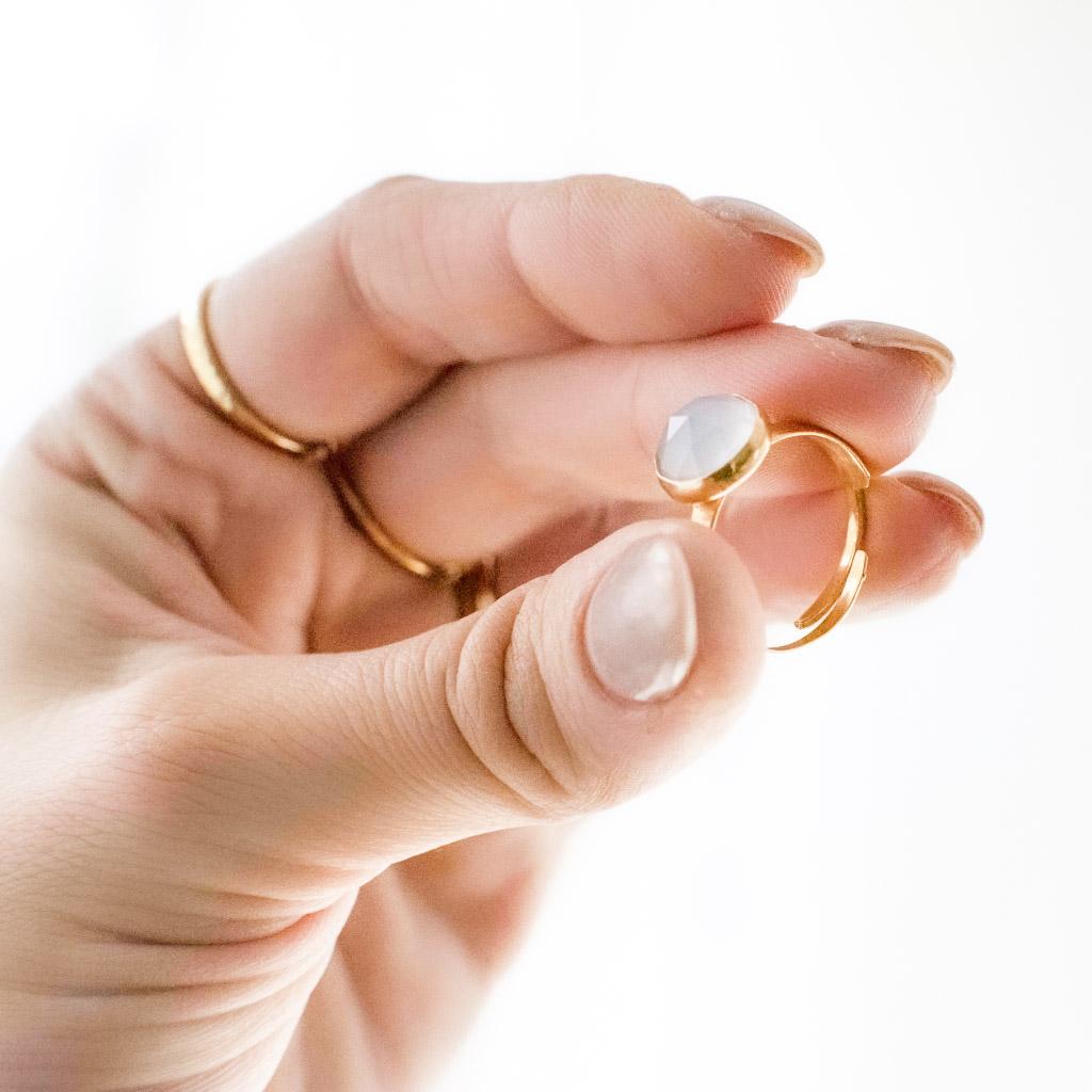 Pierścionek z naturalnym kamieniem błękitnym chalcedonem. Wykonany ze srebra pr.925 lub srebra złoconego. Pierścionek można nosić na różnych palcach, rozmiar regulowany. Kamień rozetka (fasetowany) o średnicy 10mm.