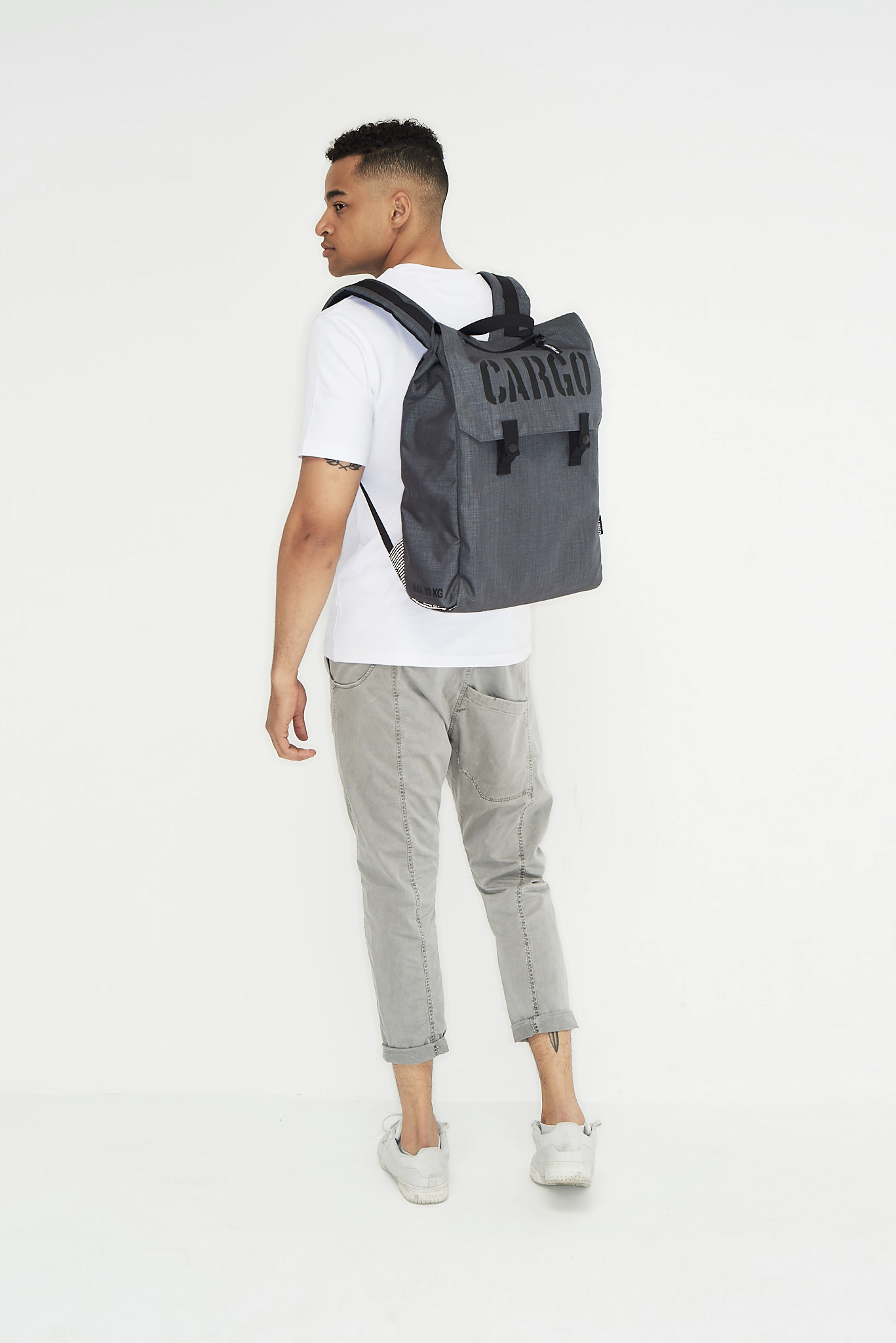 Plecak CLASSIC to wygodny plecak z dwiema zewnętrznymi, dyskretnymi kieszeniami na drobiazgi. Wewnątrz osobna kieszeń na laptop. Dla tych, którzy nie muszą nosić ze sobą wszystkiego. W sam raz na wyjście z laptopem i kilkoma rzeczami do pracy. Wieczorem z biurowego zamień go w sportowy - zmieścisz ręcznik, strój i klapki na basen albo rzeczy na siłownię. Wyprodukowany w Polsce!