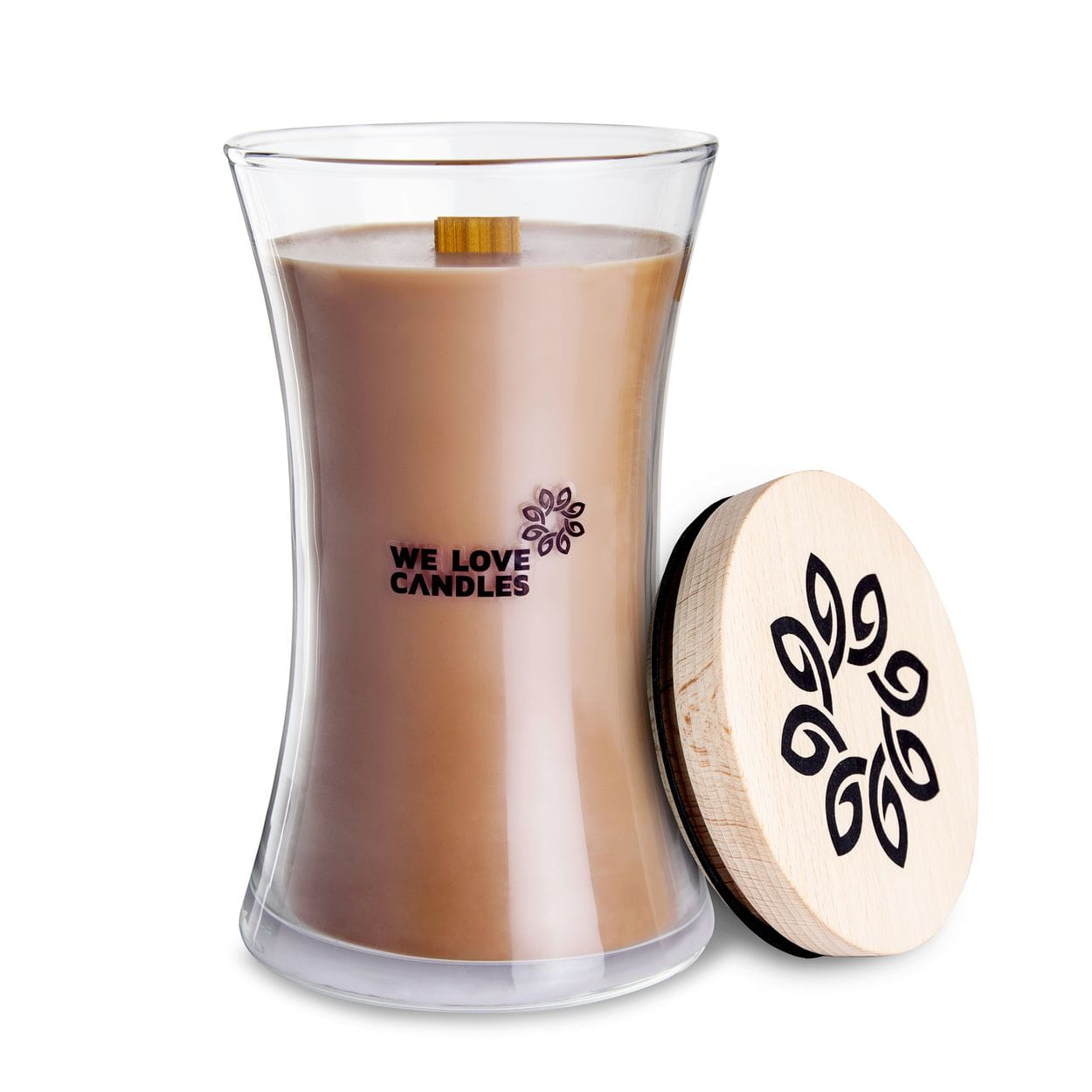 Kolekcja BASIC to sojowe świece zapachowe o soczystych kolorach i intensywnych, naturalnych zapachach inspirowanych codziennymi, prostymi przyjemnościami jakie niesie ze sobą życie. Świece z tej kolekcji zamknięte są w designerskie szklane pojemniki (zaprojektowane dla marki przez artystę-rzemieślnika) wytwarzane w polskiej hucie szkła. Pokrywkę stanowi drewniane wieczko, a całość dopełnia przyjemnie skwierczący w trakcie palenia drewniany knot. Dzięki prostej, ale ciekawej formie świece te stanowią niebanalny dodatek do domu, który szczególnie przypada do gustu fankom i fanom minimalizmu i życia w rytmie slow. Ginger Cookie Świeca Ginger Cookie to ciasteczkowy obłęd zapachowy, stworzony dla łasuchów i wszystkich, którzy kochają unoszący się w domu zapach świątecznych wypieków. Wyobraź sobie woń brązowego cukru rozpuszczonego na masełku ze szczyptą cynamonu, kardamonu oraz ziarenkami świeżej wanilii. I jak, ślinka cieknie? Ta świeca to idealna aromaterapia na trudne chwile, zapachowy a