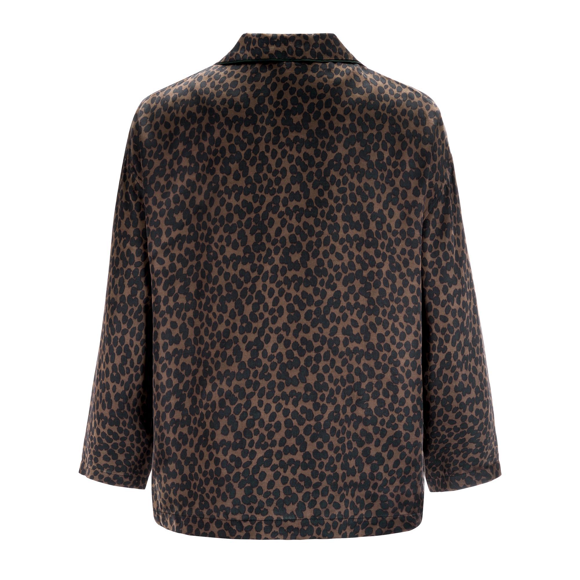 Miękka koszula zapinana na perłowe guziki. Wykonana z satynowej wiskozy pozwala skórze oddychać nocą. Świetnie sprawdzi się podczas wizyty gości lub w drodze po poranną kawę. Stanowi komplet ze spodniami Ivan. Skład - 100% wiskoza Modelka ma 178 cm wzrostu i nosi rozmiar IT 40 (S) Wyprodukowane w Polsce