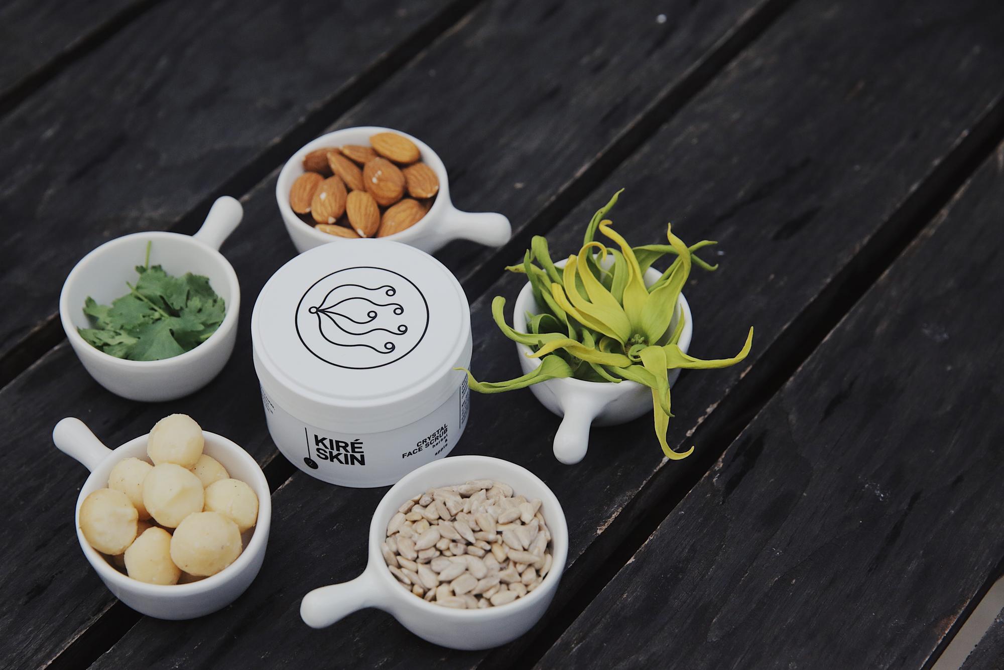 Crystal Face Scrub Herbal and Apple Delikatny peeling skutecznie złuszcza naskórek i wygładza, jednocześnie oczyszczając skórę i poprawiając jej kondycję poprzez łagodny masaż kryształkami soli. All Skin Types Vegan Product Produkt testowany dermatologicznie. Testom na zwierzętach mówimy zdecydowane NIE! Nie używamy składników pochodzenia zwierzęcego. Sposób użycia: Nanieś peeling na wilgotną skórę i okrężnymi ruchami delikatnie rozprowadź peeling po całej twarzy, omijając okolice oczu. Masuj przez chwilę, a następnie opłucz twarz kilka razy ciepłą wodą i łagodnie (z czułością!) wytrzyj ręcznikiem. Staraj się przykładać ręcznik do skóry (zamiast pocierać), by bez szorowania zebrał wilgoć. Nominalna zawartość: 100 g Główne Składniki Aktywne: Ekstrakt z soczystego jabłka złuszcza martwe komórki naskórka i wygładza. Działa antyoksydacyjne, przeciwutleniająco, a także świetnie stymuluje regenerację i odnowę naskórka. Ekstrakt z szałwii wpływa na przywrócenie prawidłowej gospodarki sebum. Z