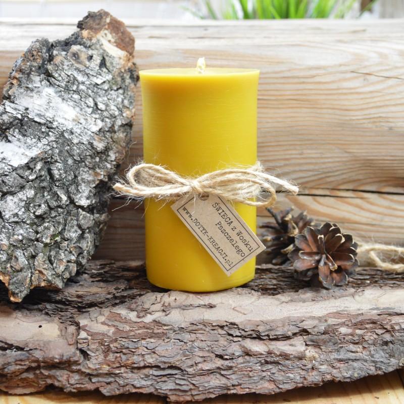 """Świeca wykonana jest w 100% z czystego, naturalnego WOSKU PSZCZELEGO. Wosk pozyskujemy wyłącznie od polskich pszczelarzy i starannie topimy go w niskiej temperaturze, aby nie stracił swoich właściwości.Świeca pozostawia w pomieszczeniu delikatny i przyjemny zapach miodu, jest to naturalna aromaterapia. Spala się bezdymowo. Daje jasne, ciepłe światło, pełne blasku. Przy pierwszym zapaleniu świeca powinna się palić przez około 3 godziny, wosk powinien roztopić się do ścian świecy. Na wierzchu powinna być warstwa płynnego wosku (jeżeli o to nie zadbamy w świecy powstanie """"tunel"""", który utrzyma się do końca palenia świecy, co skróci czas palenia). Knot przed każdym rozpaleniem świecy przycinamy do długości 5 mm. CZAS PALENIA świecy: około 50 h. Płomień świecy woskowej jonizuje ujemnie powietrze, co ma pozytywny wpływ na zdrowie, łagodząc dolegliwości układu oddechowego, chorób płuc, astmy, kataru i alergii. Oczyszcza powietrze z nieprzyjemnych zapachów, pleśni, wirusów, pyłu i kurzu. Dział"""