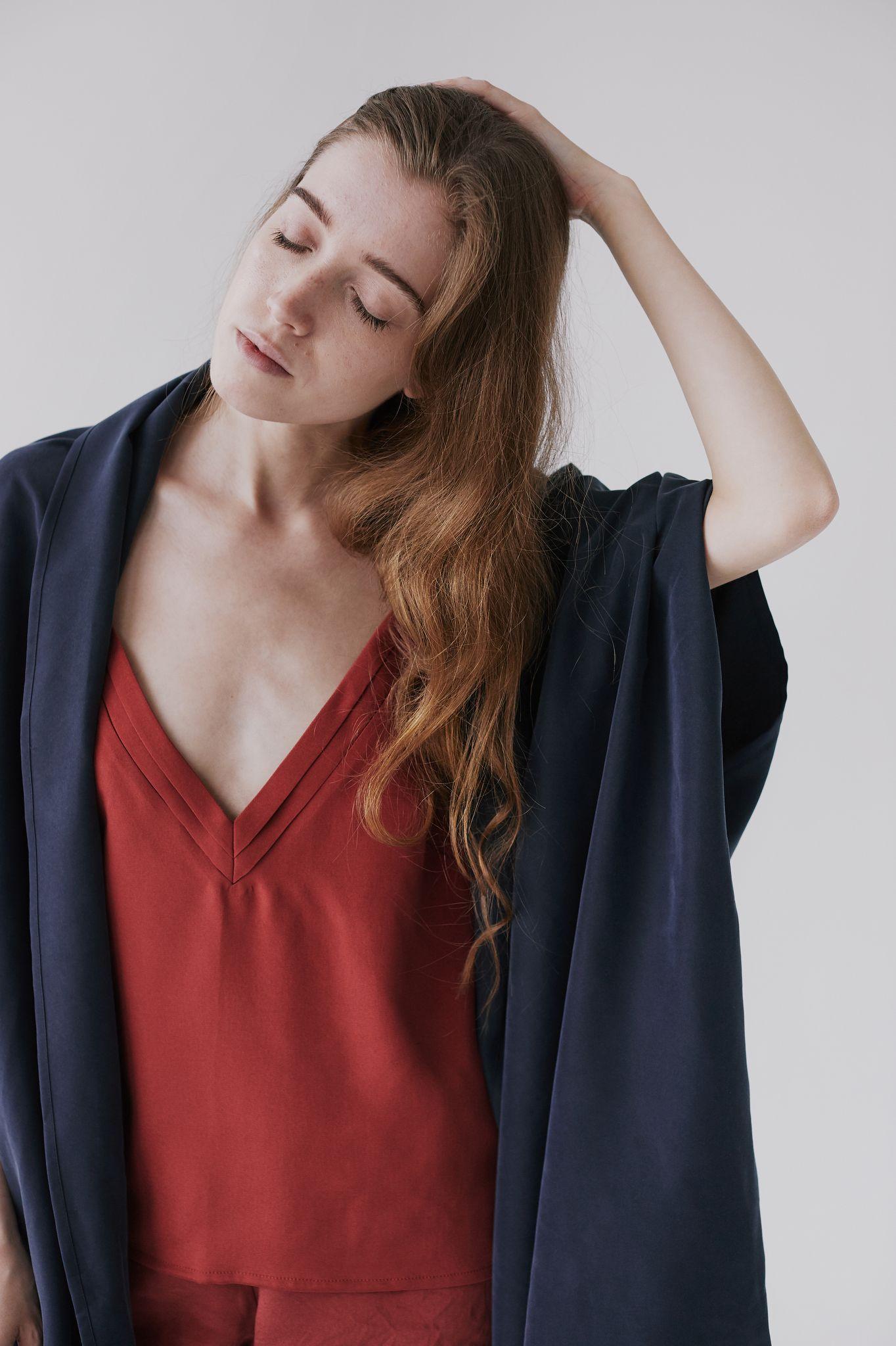 koszulka z plisowanym dekoltem - jedwab - mavka concept | JestemSlow.pl