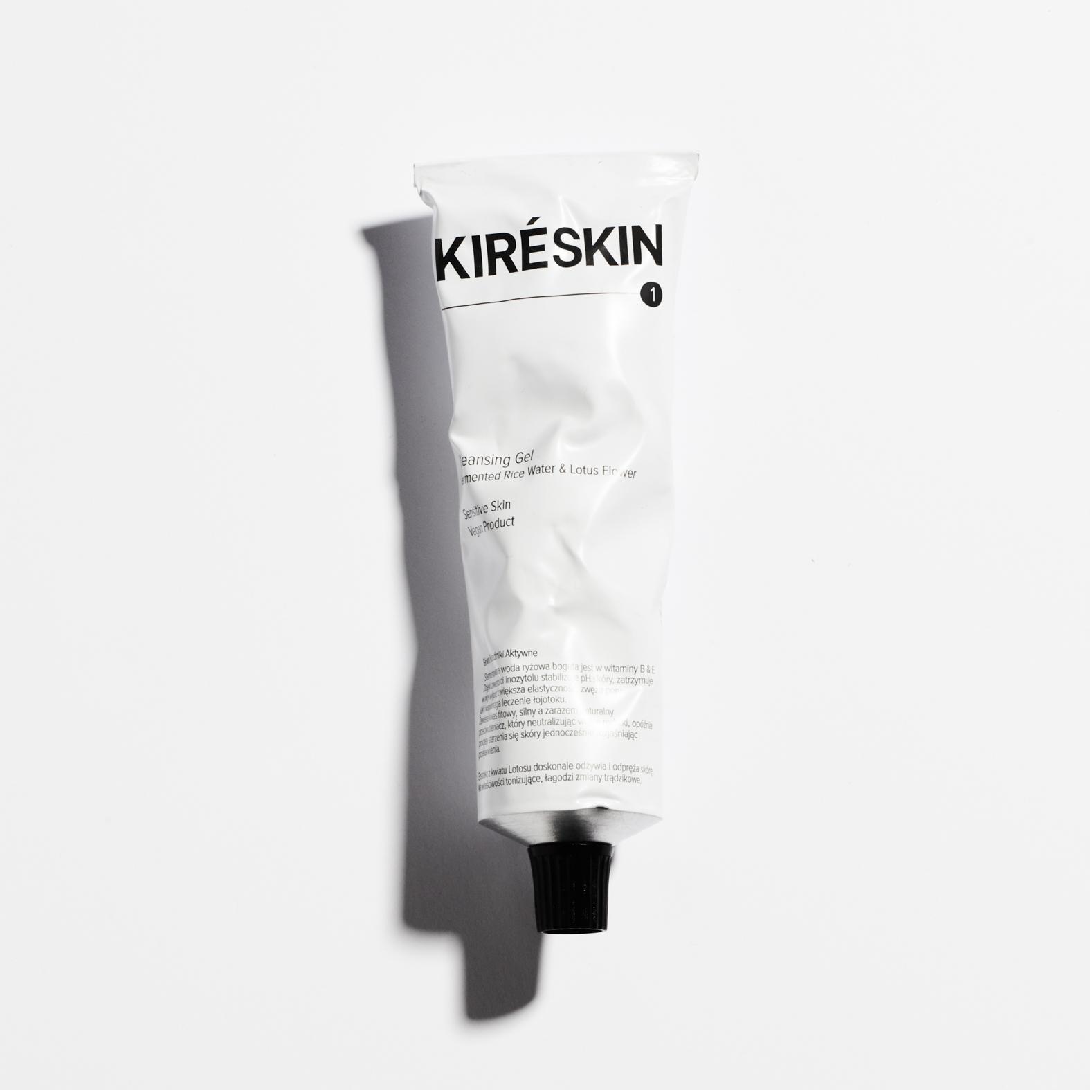 Fermented Rice Water and Lotus Flower Cleansing Gel Produkt dedykowany do pielęgnacji cery wyjątkowo wrażliwej i potrzebującej, również trądzikowej. Przeznaczony do bardzo łagodnego, a zarazem skutecznego, oczyszczania skóry z nadmiaru sebum i wszelkich zanieczyszczeń. Lekko rozgrzewa. Nadaje skórze blasku. Sensitive Skin Vegan Product Produkt testowany dermatologicznie. Testom na zwierzętach mówimy zdecydowane NIE! Nie używamy składników pochodzenia zwierzęcego. Nominalna zawartość: 100 ml / 3,4 FL.OZ Sposób użycia: Nałóż małą porcję żelu na wilgotne dłonie, zamknij oczy i wmasuj go okrężnymi ruchami w skórę twarzy. Na koniec opłucz twarz ciepłą wodą (ale nie gorącą!) i łagodnie wytrzyj ręcznikiem. Żel pozostawi skórę odświeżoną i ukojoną. Główne Składniki Aktywne: Sfermentowana Woda Ryżowa bogata jest w witaminy B & E. Dzięki zawartości inozytolu stabilizuje Ph skóry, zatrzymuje w niej wilgoć, zwiększa elastyczność, zwęża pory, jak i wspomaga leczenie łojotoku. Zawiera kwas fitow