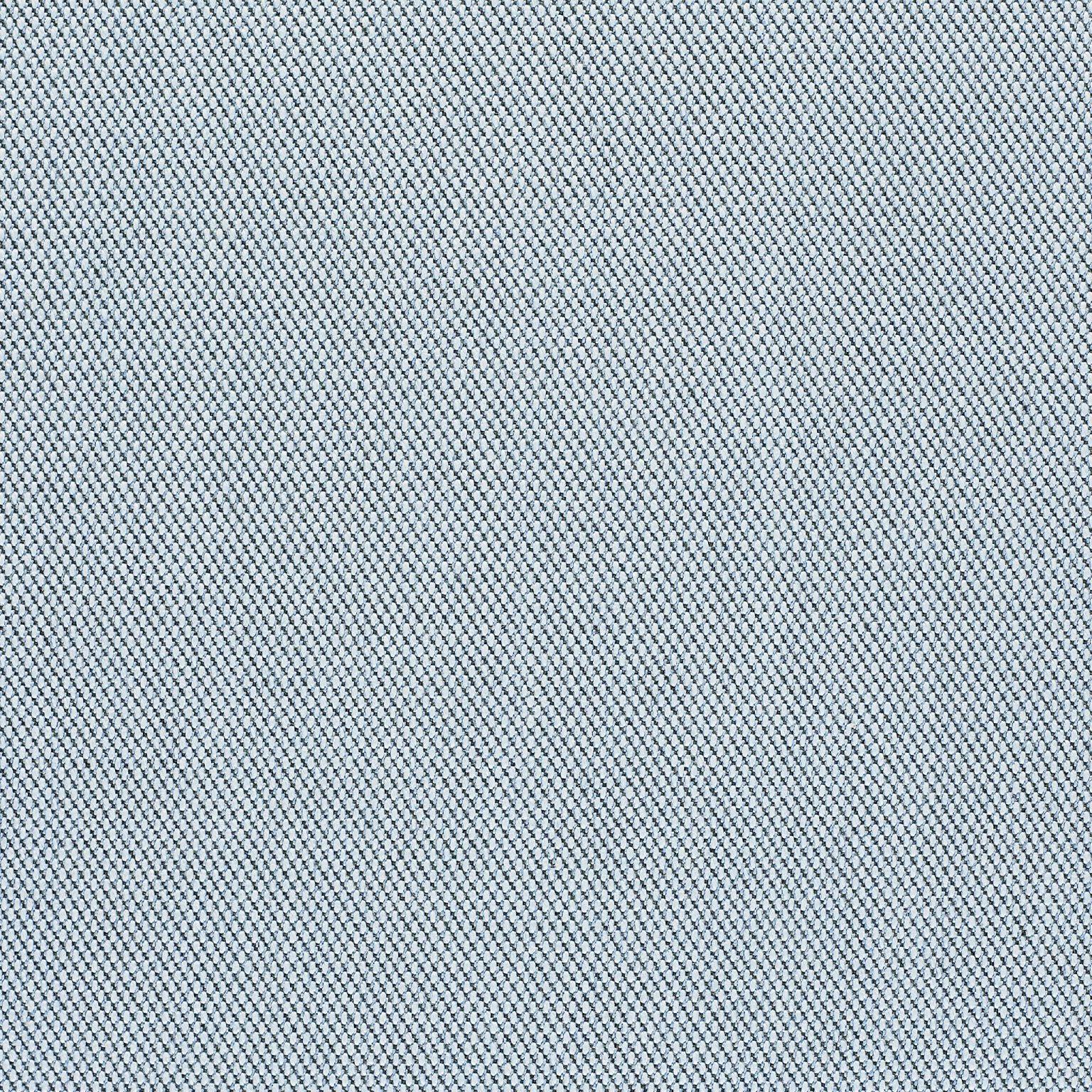 Torba SHOPPER z wełny z dodatkiem nylonu duńskiej marki Kvadrat. Trójwymiarowa powierzchnia nowoczesnej tkaniny tapicerskiej przypomina małe piramidy lub stalowe punkty. Pomimo złożoności innowacyjnego splotu tekstylnego, ma prosty, precyzyjny wyraz. Asymetryczne, miękkie torby SHOPPER, wykonane są z odpadów produkcyjnych - wysokiej jakości materiałów tapicerskich. Tkaniny używane do produkcji mebli są znacznie bardziej wytrzymałe i odporne na zabrudzenia. Mogą dobrze wyglądać nawet 20 lat. Kolory i melanże są przeważnie niepowtarzalne, a torba nie jest wykonywana w masowych ilościach. Dzięki temu jest bardzo małe prawdopodobieństwo, że kogoś z nią spotkasz, jak w przypadku sieciówek.Dobra wiadomość dla minimalistów i zwolenników rzeczy #nolabel. Metka The Waste jest wszyta przy dwóch wewnętrznych kieszonkach, do których możesz sięgnąć od przodu. Oddzielisz dzięki nim telefon od kluczy. Resztę codziennych drobiazgów znajdziesz, przeważnie, w tylnym rogu torby, gdzie zbiera się najwięce