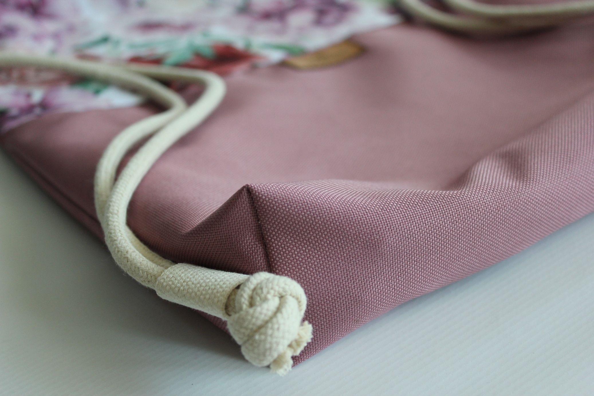 Plecak worek wykonany z WODOODPORNEJ, szybkoschnącej i odpornej na brud tkaniny. W środku worko plecaka piękna beżowa podszewka (kaletnicza, bardzo mocna), kieszonka na zamek, karabińczyk na np. klucze. Plecaczek ma dodatkowo rączki do trzymania go w dłoni. Jest to bardzo funkcjonalny element. Dzięki połączeniu wzoru liści tropikalnych oraz beżowego spodu powstał plecak, który będzie pasował do wielu Twoich stylizacji. Produkt szyty ręcznie, z najwyższą dokładnością a jego oryginalny wzór nie pozostawi nikogo obojętnym. Wymiary (+/-2cm): wys - 43cmszer - 37cm dno: - 4 cm Zalety: - kaletnicza i wodoodporna podszewka z zamykaną kieszonką na zamek- karabińczyk na klucze wewnątrz plecakoworka- gruby bawełniany sznur 8mm- wodoodporny- łatwość w utrzymaniu czystości- wytrzymałość- piękny designPielęgnacja: - zalecane pranie ręczne- temp. prania do 30st. C- nie należy używać wybielaczy- prasować w niskiej temperaturze Polecam zamykaną na zamek kosmetyczkę do kompletu. Dzięki niej zachowasz po