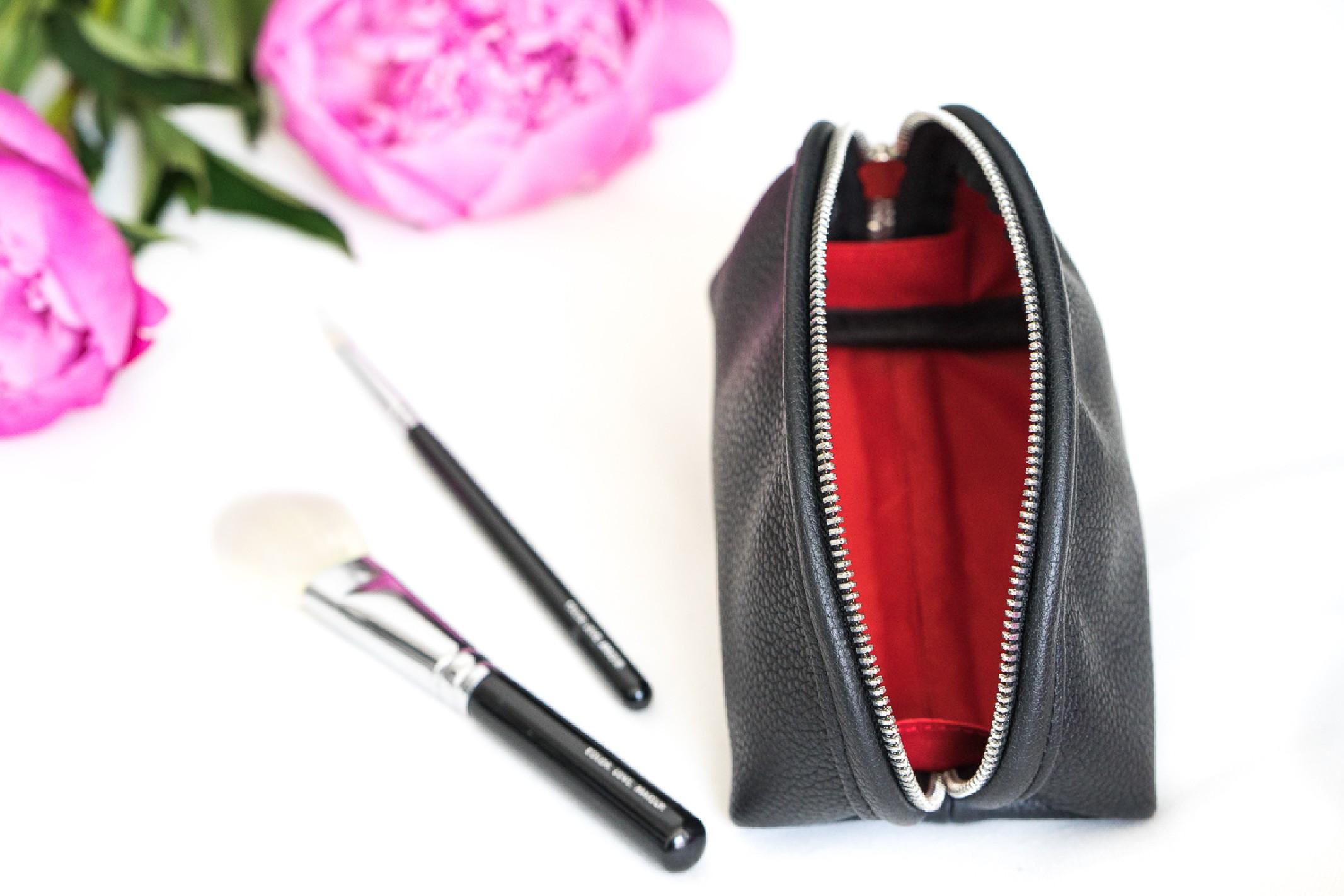 Starannie wyselekcjonowana, odporna na zarysowania, naturalna skóra groszkowa w odcieniu eleganckiej czerni, srebrny zamek błyskawiczny jakości premium, podszewka w kolorze eleganckiej czerwieni i niezwykła precyzja wykonania sprawiają, że kosmetyczka Nashe to rzemiosło z najwyższej półki! wytrzymała - stworzona, by służyć przez długie lata uszyta z naturalnej skóry groszkowej najwyższej jakości stworzona według autorskiego projektu wykonana w polskiej pracowni z miłością, pasją i w zgodnie ze sztuką kaletniczą zapinana na metalowy zamek wyłożona elegancką czerwoną podszewką z delikatnym satynowym połyskiem wymiary: 35 x 21x 17 cm waga: 0,36kg potrzebujesz mniejszej kosmetyczki? SPRAWDŹ TUTAJ! Co znajduje się w pudełku? W Nashe wierzymy, że w przypadku naszych produktów pierwsze wrażenie ma ogromne znaczenie. Bo czy nie przyjemnie jest wziąć w dłonie piękne, subtelnie perłowe pudełko, pod którego wieczkiem kryje się otulona miękką bibułą wymarzona kosmetyczka? A ten zniewalający zapach