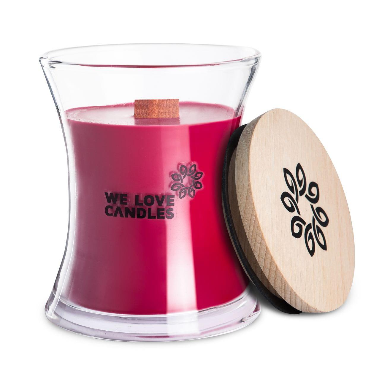 Kolekcja BASIC to sojowe świece zapachowe o soczystych kolorach i intensywnych, naturalnych zapachach inspirowanych codziennymi, prostymi przyjemnościami jakie niesie ze sobą życie. Świece z tej kolekcji zamknięte są w designerskie szklane pojemniki (zaprojektowane dla marki przez artystę-rzemieślnika) wytwarzane w polskiej hucie szkła. Pokrywkę stanowi drewniane wieczko, a całość dopełnia przyjemnie skwierczący w trakcie palenia drewniany knot. Dzięki prostej, ale ciekawej formie świece te stanowią niebanalny dodatek do domu, który szczególnie przypada do gustu fankom i fanom minimalizmu i życia w rytmie slow. Sweetheart Świeca Sweetheart to nasza propozycja dla romantycznych dusz. W nutach zapachowych świecy wyczujesz płatki róży oraz piżmo, które tworzą sensualną kompozycję zapachową idealną na wyjątkowe okazje. Kolor świecy kojarzy się z miłością, a jej zapach podkreśla romantyczną atmosferę chwili. Możesz ją zapalić w trakcie kolacji przy świecach, ale też zawsze gdy chcesz wprowa