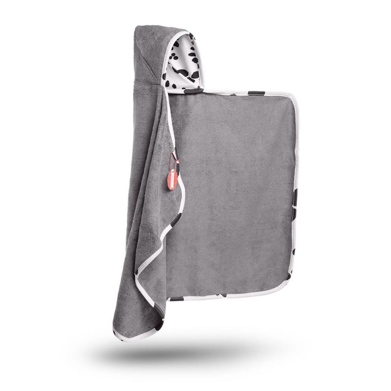 To bambusowy ręcznik stworzony do tego by dotykać skóry dziecka. Nigdy nie przestaje być miękki, nawet po wielu praniach. Otula i wchłania po kąpieli 60% więcej wilgoci niż ręcznik bawełniany. Dwustronny bawełniano-bambusowy kapturek daje dwie możliwości użycia, wzorem na zewnątrz lub do wewnątrz. Cały ręcznik jest wykończony miękką bawełnianą lamówką z wygodną pętelką do zawieszenia. Ręczniki wykonane z włókna bambusowego: - są niezwykle delikatne i miękkie, a jednocześ-nie bardzo trwałe i wytrzymałe,- posiadają właściwości antybakteryjne i antygrzybiczne,- nie powodują odczynów alergicznych, są bezpieczne dla skóry,- chłoną wodę aż o 60% lepiej od bawełny.-posiadają właściwości termoregulacyjne, w upały daje poczucie kojącego chłodu, zimą zaś przyjemnego ciepła,- zatrzymują szkodliwe promieniowanie UV,- są odorochłonne, budowa włókna bambusowego zatrzymuje w sobie brzydkie zapachy eliminując je do czasu prania- nawet po wielu praniach zachowują swoją miękkość i kolor. Produkt jest wy