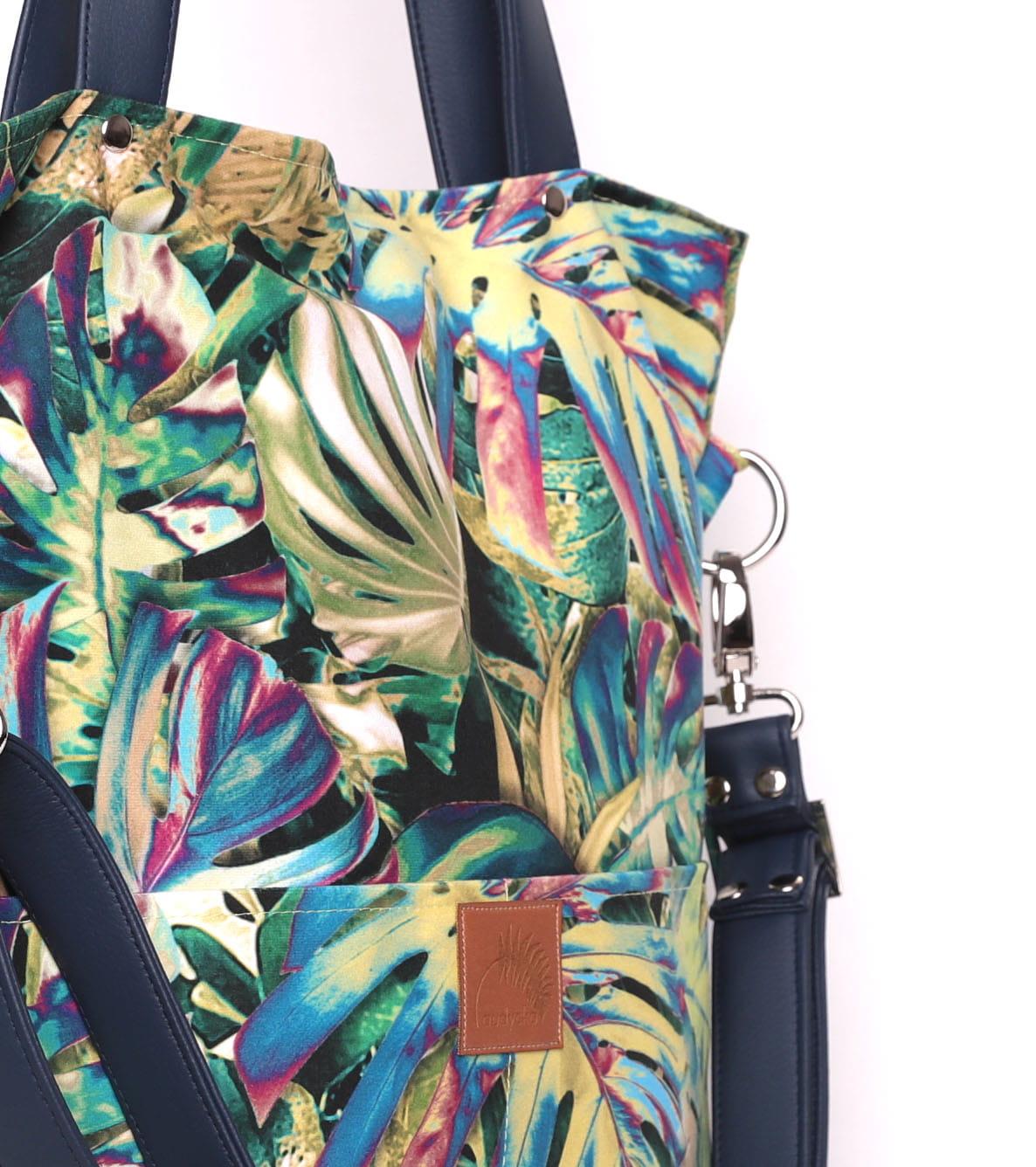 Duża torebka w kształcie prostokąta, która idealnie sprawdzi się wiosną i latem, doskonale pasuje do sukienek i kobiecych stylizacji. Możesz nosić ją na ramieniu lub na długim regulowanym pasku na skos – jak listonoszkę. Wyjątkowa torebka z pięknej tkaniny w egzotyczny wzór idealnie sprawdzi się jako torba do pracy lub na uczelnię. Bez problemu zmieścisz w niej niewielki laptop, książki, notatki lub dokumenty. W dwóch zewnętrznych kieszonkach możesz ukryć mniej cenne rzeczy. Doskonała torba dla kobiet chcących wyróżnić się w tłumie. Mocna tkanina jest odporna na tarcie i wilgoć, bardzo łatwo utrzymać ją w czystości. Całość zapinana na zamek. W środku posiada dwie kieszonki, w tym jedną zapinaną na zamek. Dodatkowo dwie kieszenie zewnętrzne. Materiał wierzchni: Piękny welur tapicerski, bardzo mocny i trwały. Łatwo utrzymać go w czystości piorąc w pralce (w temperaturze 30 stopni) lub ręcznie. Niewielkich zabrudzeń można pozbyć się czyszcząc materiał ręcznie bez obaw o jakiekolwiek uszko