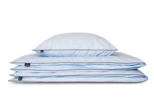 Pościel Azzurro w kolorze błękitnym z minimalistyczną szarą lamówką. Bawełniana pościel idealnie komponuje się z dodatkami: poduszką w kształcie cukierka Silver Candy oraz poduszką Zig Zag Grey . Jako odpowiedzialny polski producent zwracamy uwagę na każdy szczegół, dlatego pościel We Love Beds jest: naturalna, wykonana w 100% bawełny egipskie mako, utkanej w Mediolanie zaprojektowana i wykonana w Polsce przez nasze doświadczone polskie krawcowe, bardzo gęsto tkana , wytrzymała, a zarazem lekka, szczególnie przyjemna i miła dla skóry, zapinana na zamek błyskawiczny specjalnie skonstruowany do pościeli ( dla lepszego komfortu użytkowania ) japońskiej marki YKK z dożywotnią gwarancją* w identycznym kolorze Pantone co bawełna uszyta nićmi światowego lidera, identycznymi w kolorze Pantone co bawełna wykończona ozdobną bizą - lamówką w kolorze szarym, charakterystycznym dla naszej marki pakowana w eleganckie prezentowe pudełko Pościel nie obejmuje wypełnienia *dożywotnia gwarancja zamka – w