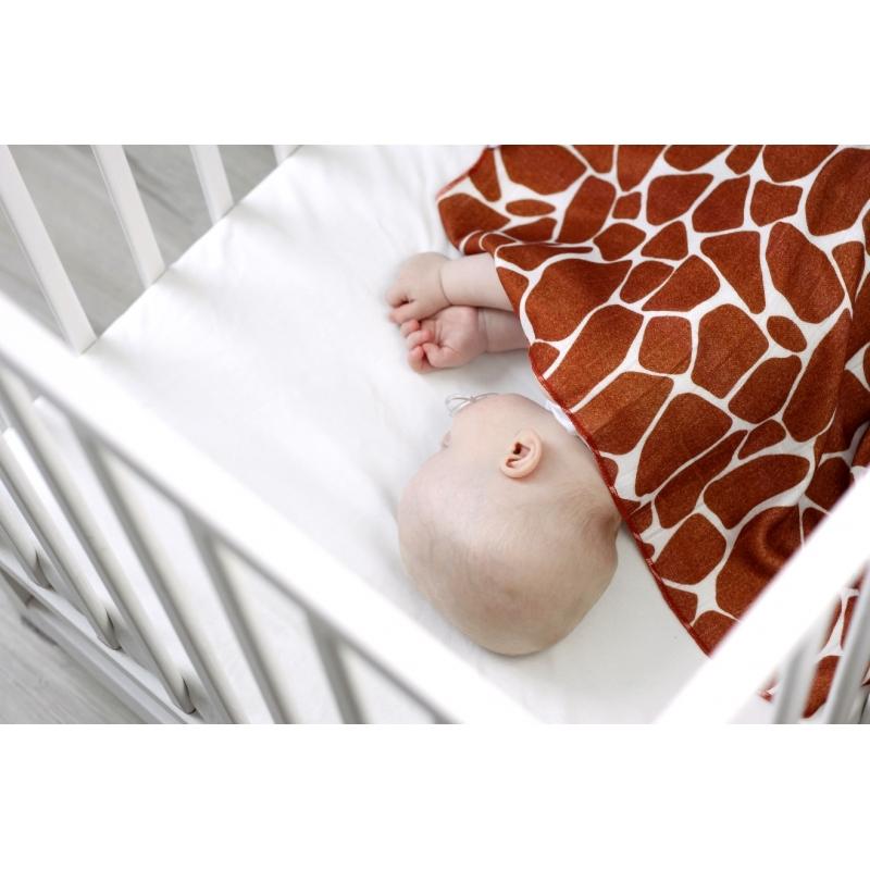 """Pieluszka mgiełka. Tak miękka, że dziecko lubi mieć ją zawsze przy sobie. Doskonała do przykrycia, otulenia, owinięcia, użycia jako prześcieradło w wózku, w podróży, u lekarza lub nawet jako ręcznik dla wyjątkowo wrażliwych dzieci. Minimalistyczna płaska lamówka sprawia, że dziecko nie wyczuwa brzegów pieluszki. Produkt jest wykonany z materiałów certyfikowanych Oeko-Tex Standard 100 """"Tekstylia godne zaufania"""" I klasy. Pieluszki w całości wykonane z włókna bambusowego: są niezwykle delikatne i miękkie, a jednocześnie bardzo trwałe i wytrzymałe, posiadają właściwości antybakteryjne i antygrzybiczne, nie powodują odczynów alergicznych, są bezpieczne dla skóry, chłoną wodę aż o 60% lepiej od bawełny. posiadają właściwości termoregulacyjne, w upały daje poczucie kojącego chłodu, zimą zaś przyjemnego ciepła, zatrzymują szkodliwe promieniowanie UV, są odorochłonne, budowa włókna bambusowego zatrzymuje w sobie brzydkie zapachy eliminując je do czasu prania, nawet po wielu praniach zachowują s"""