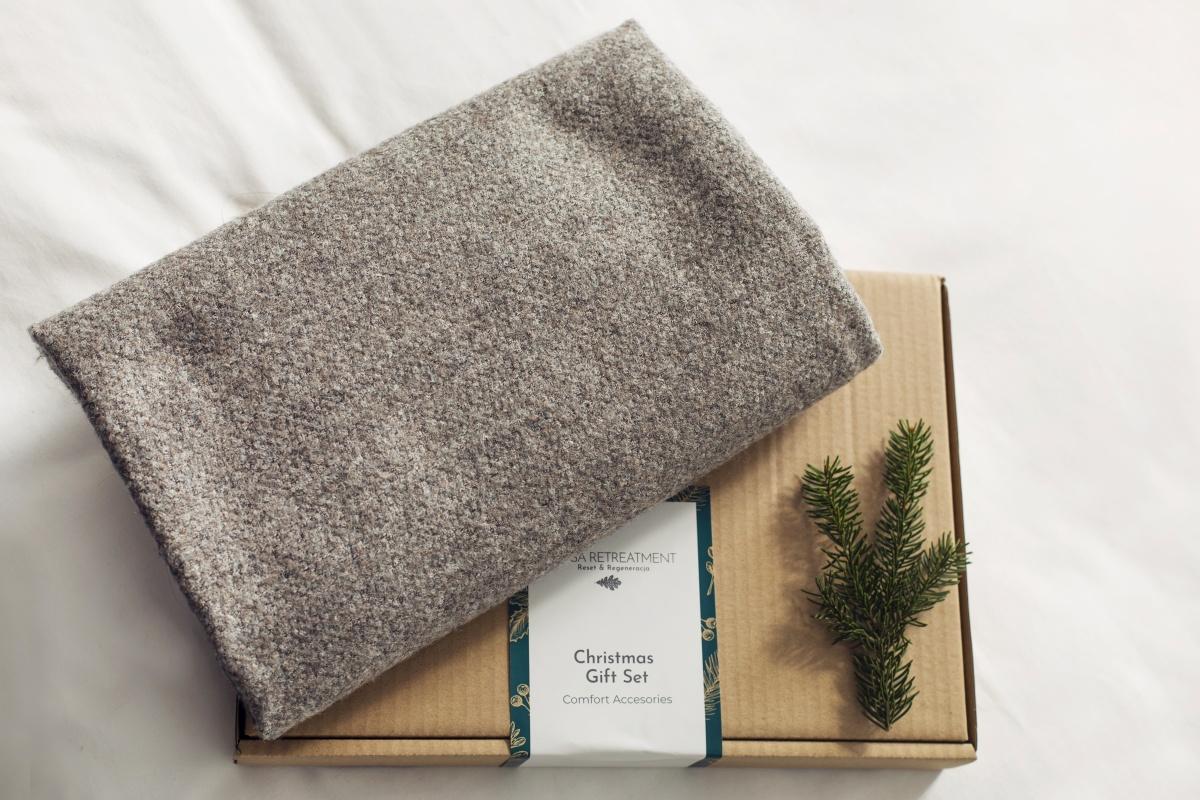 Ultimate Comfort Cashmere Blanket Szaro Złoty - Yoga Retreatment | JestemSlow.pl