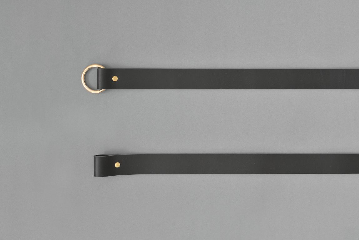 Skórzane mocowania sufitowe mogą służyć zarówno jako uchwyty do drążka na wieszaki z ubraniami albo jako sufitowe wsporniki do karniszy Do każdego z tych rozwiązań potrzebny będzie jedynie metalowy lub drewniany drążek albo karnisz który przejdzie przez pętle oraz dwa haki zamontowane w suficie Wariant 1 wykonany jest ze skóry naturalnej barwionej na kolor czarny Paski są uniwersalne ponieważ drążek czy karnisz może być w dowolnej długości i dowolnego koloru Standardowo pętle są dopasowane do drążków i karniszy o średnicy ~2 cm ale możemy je dostosować na życzenie klienta Zestaw składa się z dwóch skórzanych pasków nitów i kółek Materiały: skóra bydlęca garbowana roślinnie o grubości 3 4 mm nity i kółko metalowe w kolorze złotym Wymiary: 35 mm szerokości Produkt jest dostępny w czterech długościach: 10 cm przeznaczony do mocowania karnisza 25 cm przeznaczony do mocowania karnisza 60 cm przeznaczony do mocowania wieszaka 90 cm przeznaczony do mocowania wieszaka Skóra licowa to szlachetn