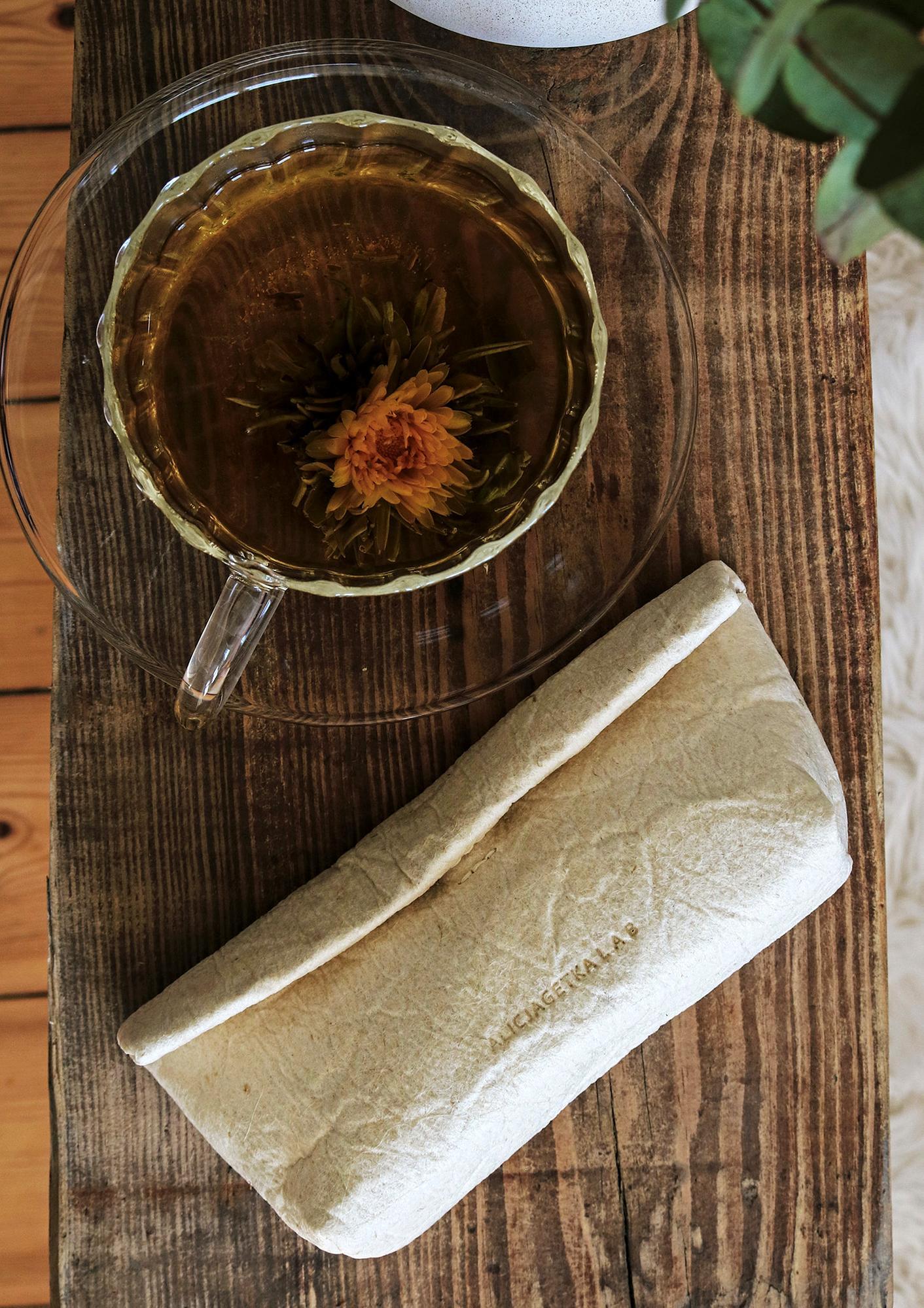 """Nasze oryginalne etui na okulary w wegańskiej wersji z liści ananasa z usztywnianym dnem Z powodzeniem może również służyć jako mała kosmetyczka Etui wykonane jest z Piñatexu nowatorskiego opatentowanego materiału premium który jest całkowicie wegański a jego produkcja jest odpowiedzialna i zrównoważona środowiskowo gdyż do jego wytworzenia używane są liście ananasa będące produktem ubocznym ekologicznych upraw ananasa na Filipinach Materiał ten jest ultra lekki i wodoodporny a zarazem bardzo wytrzymały elastyczny i oddychający Jego """"pognieciona"""" charakterystyczna struktura czyni go jedynym w swoim rodzaju a jednocześnie odpornym na zagniecenia W nielakierowanych wersjach z bliska widoczne są pojedyncze włókna surowca Zgodnie z zaleceniami producenta można go myć przy użyciu niewielkiej ilości wody i delikatnego detergentu etui o wyjątkowej formie uniwersalny rozmiar zmieści nawet duże okulary zamknięcie na magnes usztywnione dno unisex ultralekki może być również małą kosmetyczką piór"""