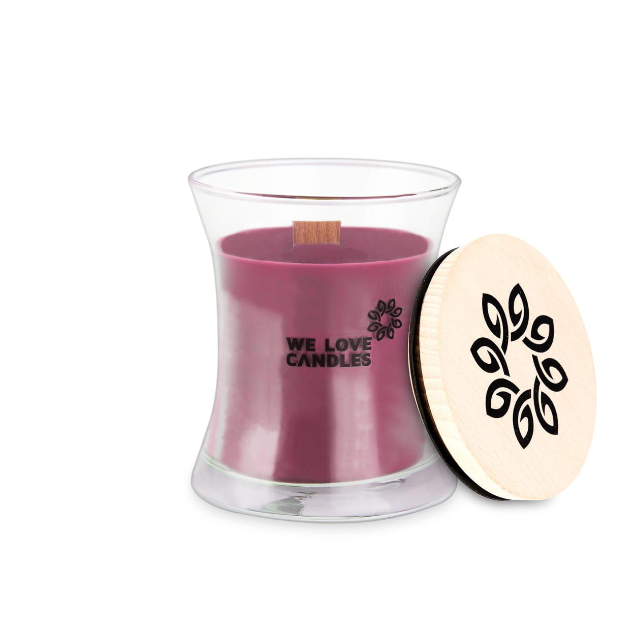 Kolekcja BASIC to sojowe świece zapachowe o soczystych kolorach i intensywnych, naturalnych zapachach inspirowanych codziennymi, prostymi przyjemnościami jakie niesie ze sobą życie. Świece z tej kolekcji zamknięte są w designerskie szklane pojemniki (zaprojektowane dla marki przez artystę-rzemieślnika) wytwarzane w polskiej hucie szkła. Pokrywkę stanowi drewniane wieczko, a całość dopełnia przyjemnie skwierczący w trakcie palenia drewniany knot. Dzięki prostej, ale ciekawej formie świece te stanowią niebanalny dodatek do domu, który szczególnie przypada do gustu fankom i fanom minimalizmu i życia w rytmie slow. Humidor Świecę Humidor chętnie wybierają mężczyźni. Może dlatego, że w tej woni czuć szlachetny zapach kubańskich cygar przechowywanych w specjalnym cedrowym pudełku w skórzanej oprawie Jest on szczególnie przyjemny dla koneserów cygar, którzy odnajdą w nim wspomnienia bardzo miłych chwil. To intensywny, ale jednocześnie subtelny zapach dla prawdziwych gentelmenów. Świece z kole