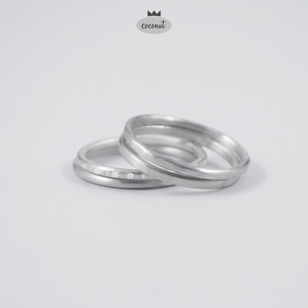 Komplet 4 grubych obrączek ze srebra 925/930, o szerokości ok. 1,7 mm.Mix obrączek fakturowanych, satynowanych.po zakupie prosimy o podanie rozmiaru (lub rozmiarów - zrealizujemy dowolną kombinację rozmiarów).Możliwe jest zamówienie obrączek w innej konfiguracji - cena wg klucza 90 zł / szt.W razie chęci zamówienia innego układu obrączek - prosimy o kontakt.Uwaga: obrączki wykonywane są na zamówienie - na podstawie podanego rozmiaru, Czas realizacji może wynieść do 14 dni.