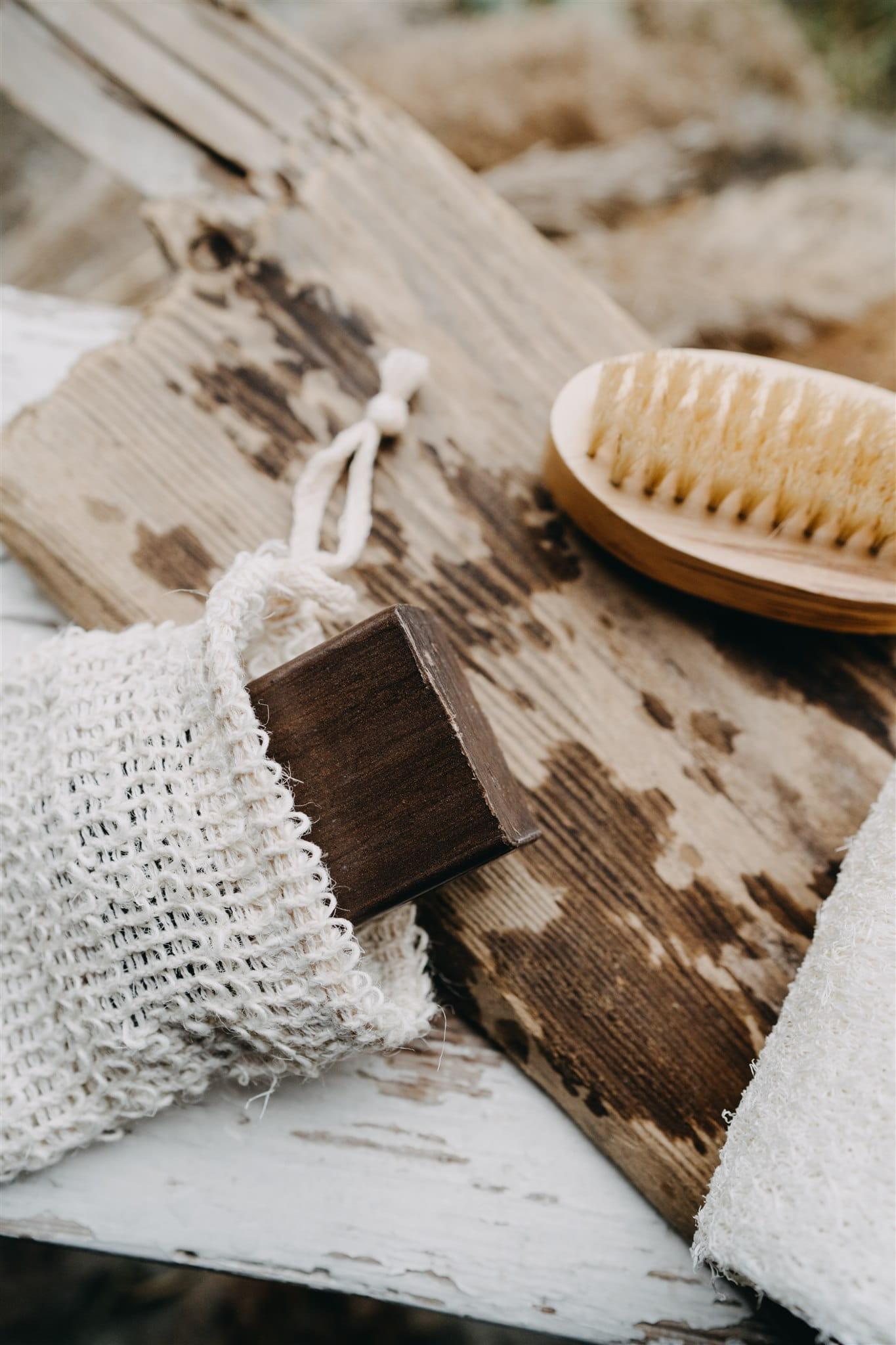 """Bogini Mydlana kostka Bogini została wzbogacona o borowinę, o której w Polsce mówi się """"czarne złoto"""". Borowina jest nieoczyszczoną ziemią organiczną i zawiera mnóstwo bogactwa zbawiennego dla skóry. W jej składzie znajdziemy minerały, kwasy huminowe, białka, żywicę, krzemionki oraz sól. Wszystko to sprawia, że skóra staje się odżywiona i zregenerowana. Efekt borowinowy wzmacnia działanie przeciwzapalne i bakteriobójcze, co stanowi swoisty detoks dla skóry. Przywróć swojej skórze blask, na który zasługuje i pozwól jej poczuć się zmysłowo – sięgnij po mydło z borowiną i ciesz się efektami kuracji. Wskazanie do stosowania: detoks skóry, antyoksydacja, przywrócenie blasku. Działanie: pobudza odnowę komórkową i wspomaga regenerację skóry. Metoda wytwarzania: na gorąco. Nasze mydełka są tworzone na bazie naturalnych składników. W mydłach produkowanych metodą na gorąco zdecydowaliśmy się użyć nierafinowanego oleju palmowego. Nasz surowiec pochodzi z ekologicznych, certyfikowanych upraw. Dzię"""