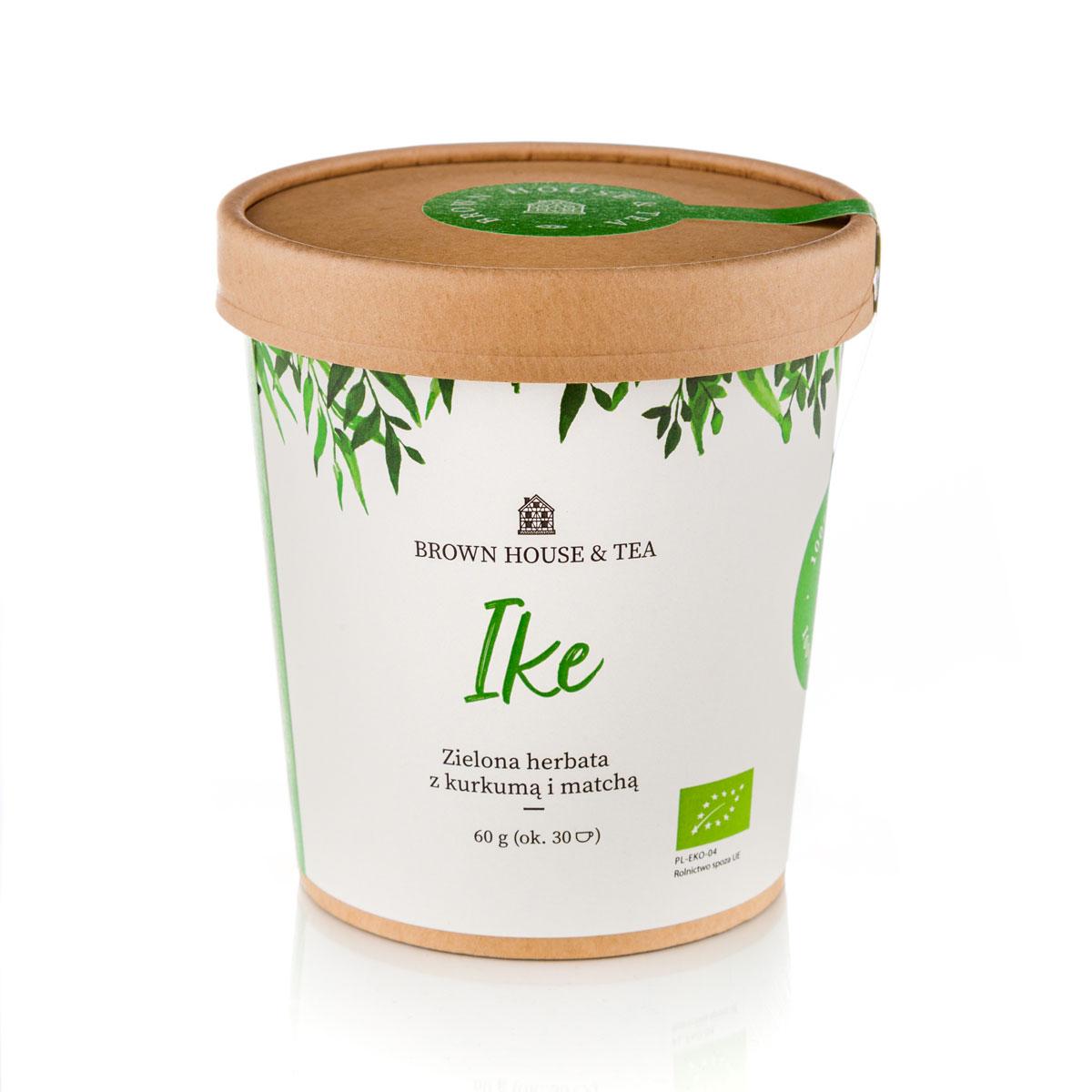 Dopieszczona, organiczna herbata sencha, charakterystyczna dooars i lśniąca, seledynowa matcha to elegancka, spokojna i zrównoważona baza tego blendu. Kochamy zielone herbaty, ale tworząc Ike zapragnęliśmy ten nieco nudny obraz trochę podkręcić. Z pomocą przyszła złocista kurkuma, która wniosła do całości nie tylko swój oryginalny smak, ale też mnóstwo zdrowotnych właściwości. Całości dopełnił pachnący mirt cytrynowy. Ike to blend, dzięki któremu zrozumiesz, jak pachnie i smakuje prawdziwa zielona herbata. Dodatki tylko podnoszą ten smak, dodając całej kompozycji głębi i rzucając na nią nowe światło. Delikatna, aromatyczna, wyrazista – ma smak, którego nie da się pomylić z żadnym z innych. Zaparz swoją Ike zamiast porannej kawy, a zrozumiesz, co mieliśmy na myśli, gdy ją tworzyliśmy. Zielona herbata jest nie od dzisiaj znana ze swoich właściwości zdrowotnych. Niesamowite bogactwo polifenoli, jednych z najsilniejszych antyutleniaczy, mamy tutaj w uderzeniowej dawce, bo zarówno popularna