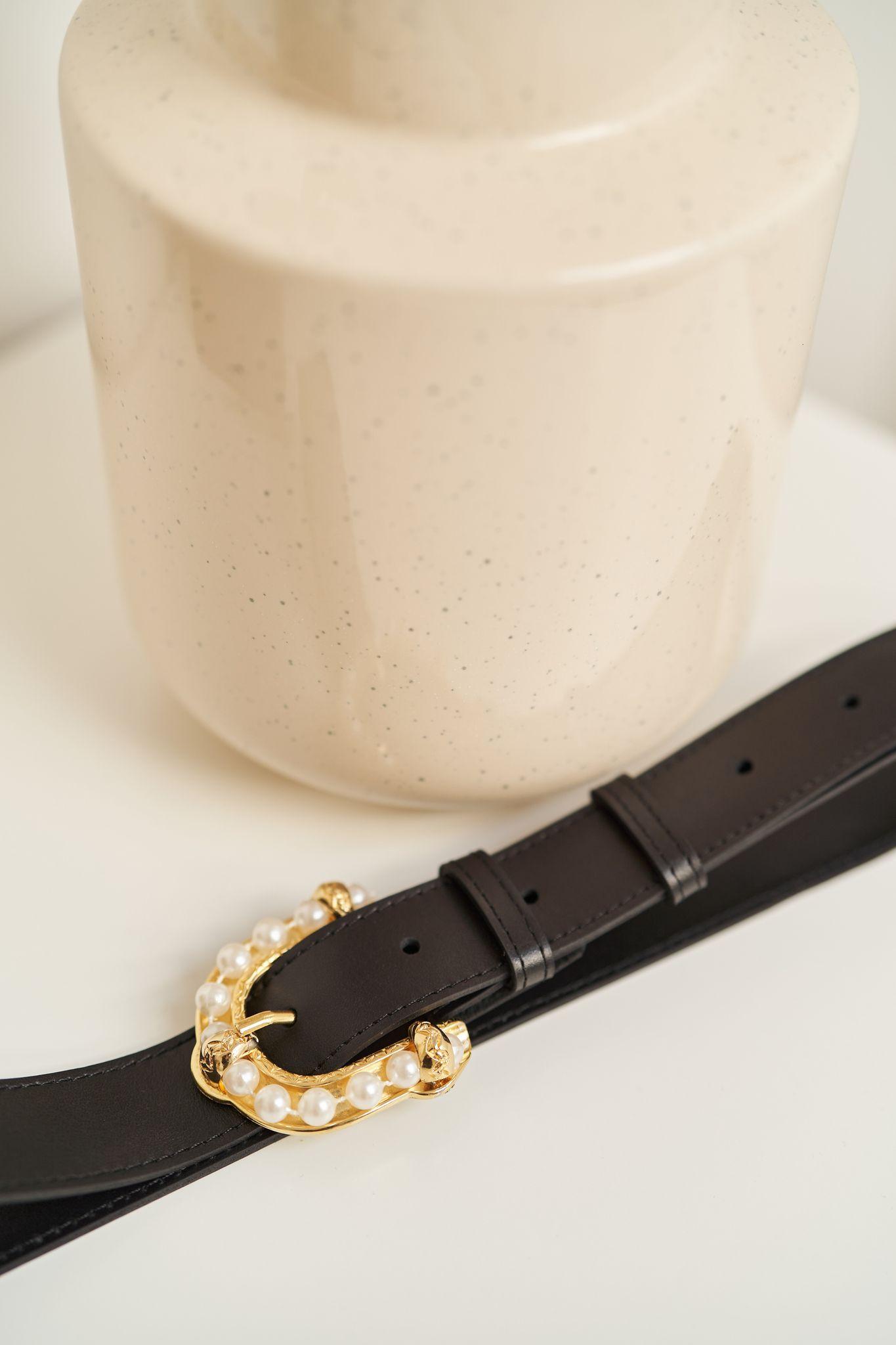 Czas dostawy: 7 dni - materiał: skóra - licowa, bydlęca - grubość skóry: około 2,5 mm - szerokość paska: 3 cm - kolor: czarny - zapięcie na wyjątkową, metalową klamrę z perłami w kolorze złota - 6 dziurek w odstępach co 3 cm, ostatnia dziurka 13 cm od końca paska Proponowany rozmiar dotyczy długości całego paska: od klamry do jego zakończenia. Pasek wykonany w Polsce.