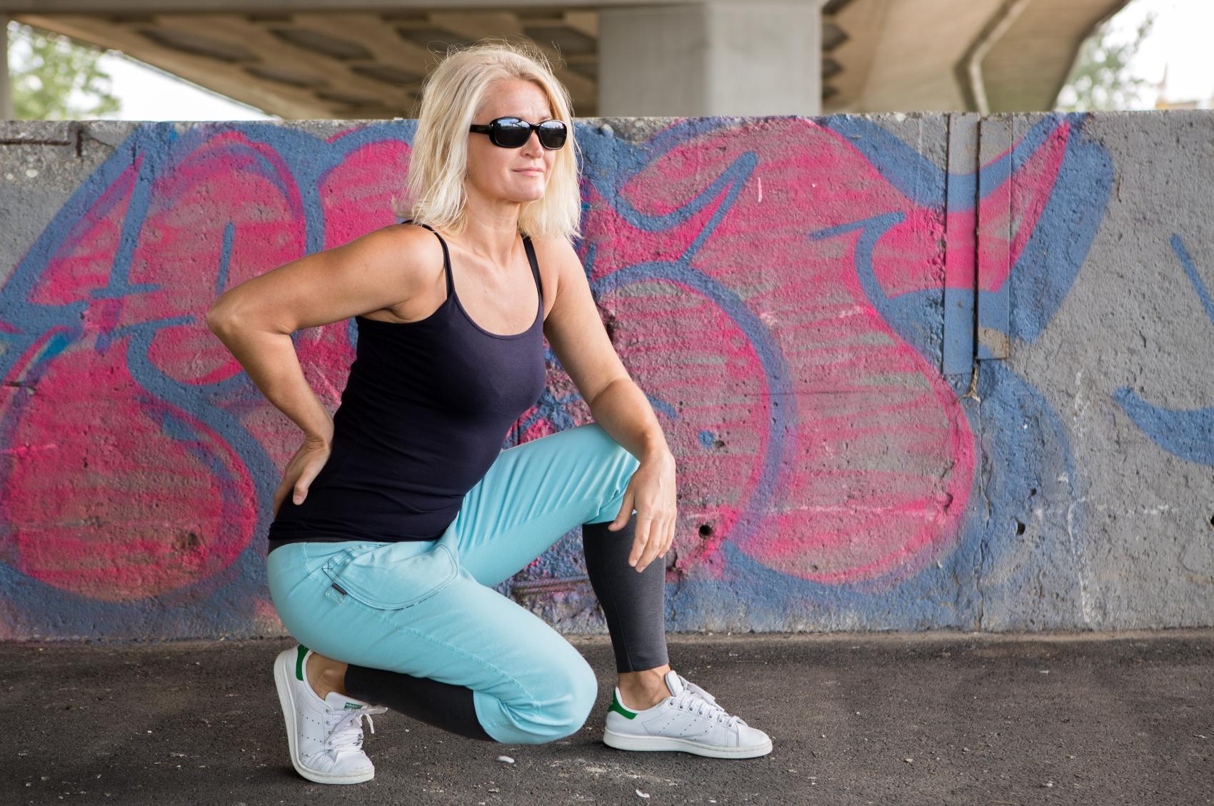 Błękitne spodnie z bawełny z elastanem. To spodnie wąskie, raczej dopasowane, z dużymi kieszeniami wykończonymi od wewnątrz materiałem w biało - brązowe wzory. Zakończone są szerokim ściągaczem, który pozwala na dowolną regulację stanu. Mogą być noszone na biodrach, jak i w pasie. WYMIARY i MATERIAŁY Modelka na zdjęciu ma 167 cm wzrostu. Obwód w biodrach: do 98 cm Wysokość w kroku: 30 cm Długość całej nogawki: 95 cm ŚCIĄGACZ W PASIE: Wysokość: 14 cm ŚCIĄGACZ w nogawce: Wysokość ściągacza w nogawce: 26 cm Spodnie typu casual, które sprawdzają się: - w sytuacjach codziennych - idealne na spacer, shopping, do pracy czy po pracy, - w podróży: - posiadają dwie duże kieszenie, w których możesz zmieścić telefon, chusteczki, nieduży portfel. - dodatkowo pas, to szeroki ściągacz, który nie uciska i nie ogranicza swobody. - na imprezy - tak domówki, jak i bardziej wieczorowe. Zapewnią Wam niebanalną stylizację oraz luz, który na każdej imprezie jest również potrzebny :) STYLIZACJA Spodnie można