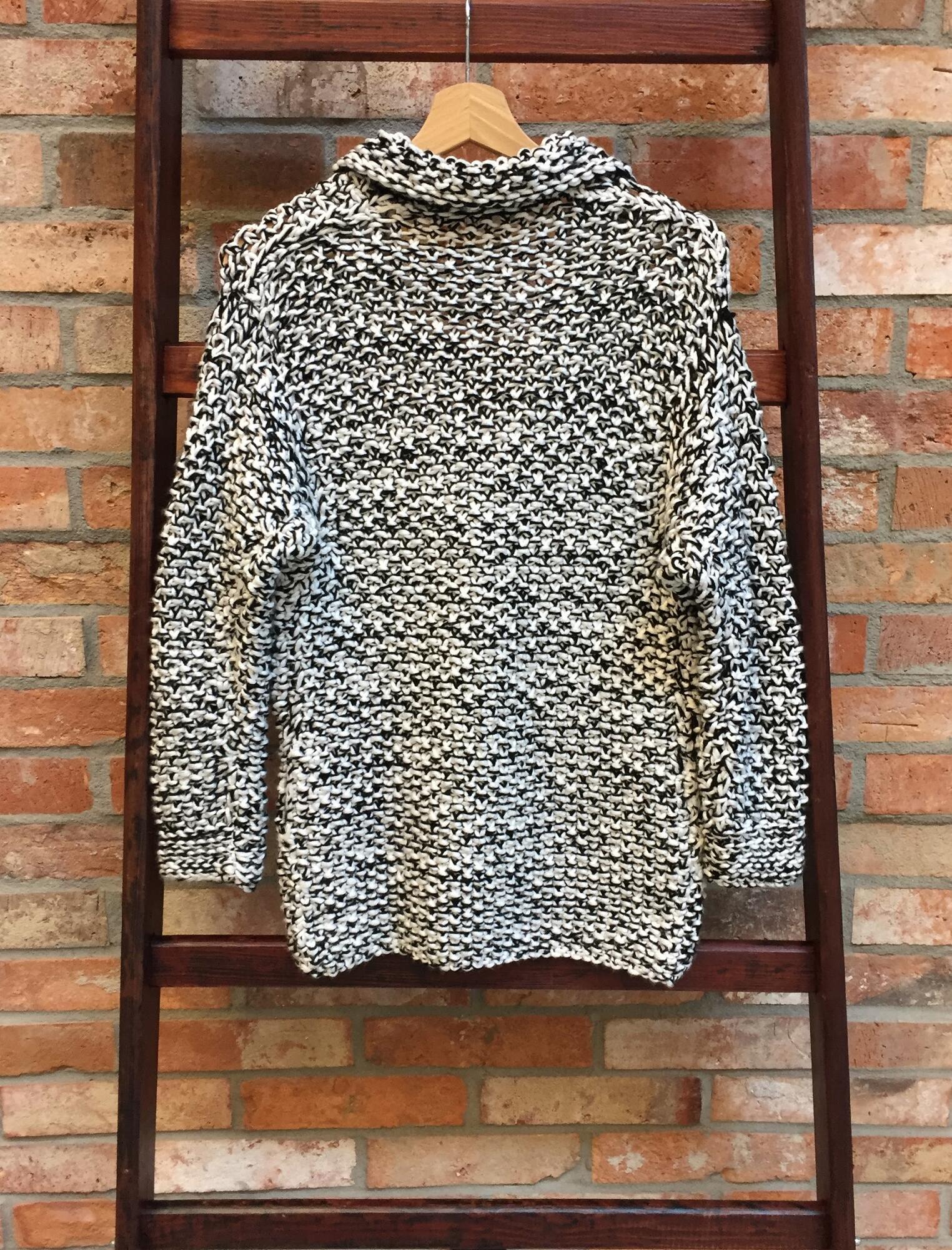 Czarno biały gruby sweter z guzikami i kołnierzem - Vintage Store | JestemSlow.pl