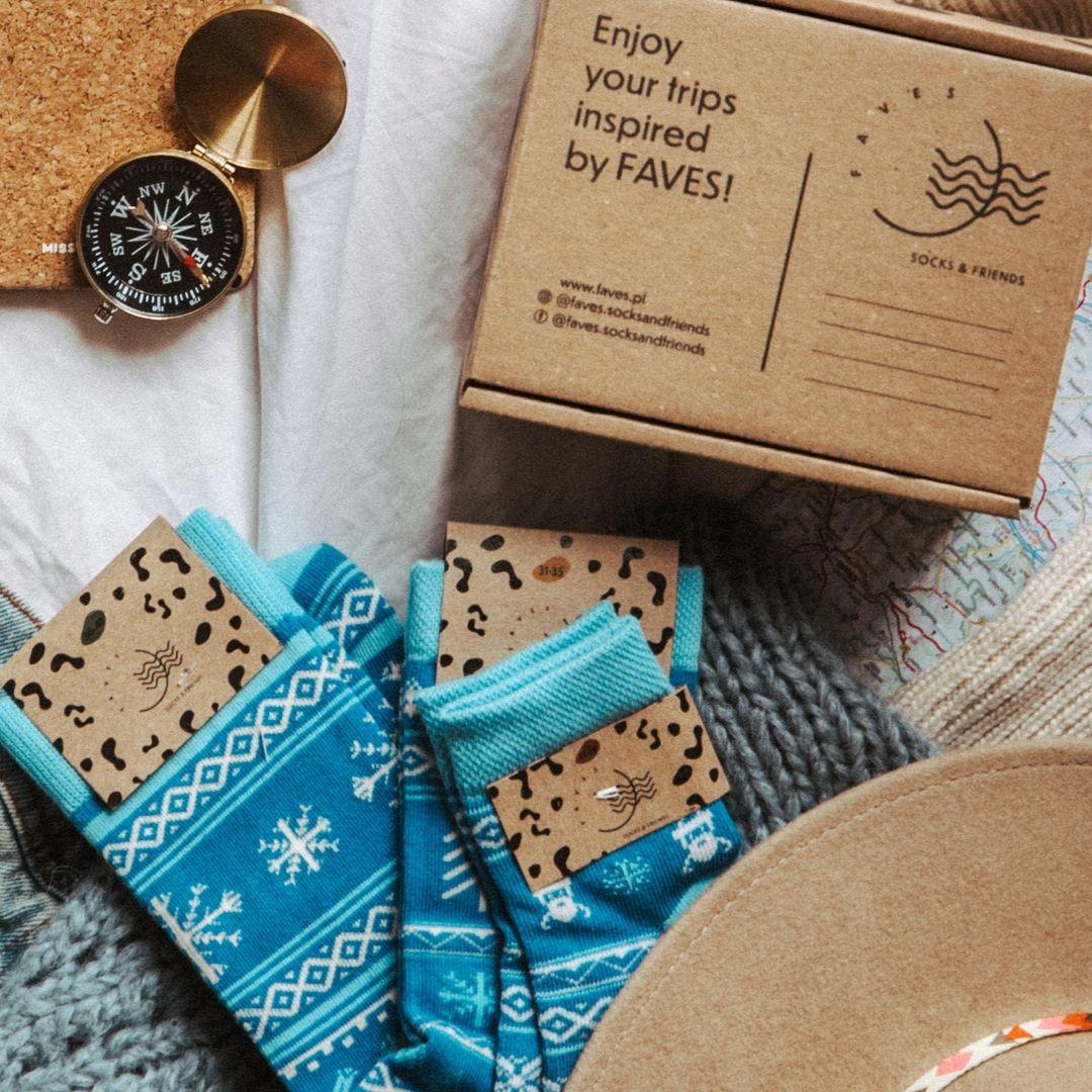 Śmieszne, kolorowe skarpetki dziecięce FAVES Socks & Friends z kolekcji fińskiej w choinki! Poznaj kolorowe skarpety marki Faves Socks & Friends i dodaj swoim stylizacjom odrobinę szaleństwa, a podróżnicze motywy niech inspirują Cię do wypraw małych i dużych. Wzory skarpet przedstawiają symbole charakterystyczne dla danego kraju. Znajdziesz u nas także więcej motywów z tej kolekcji w innych rozmiarach - może to idealny pomysł na skarpety dla całej rodziny? Made in Poland. – produkty są zarówno projektowane jak i produkowane wyłącznie w Polsce. Bawełna stosowana w skarpetach posiada certyfikat OEKO TEX, który stanowi gwarancję bezpieczeństwa dla skóry. Skład skarpet: 80% bawełny czesanej / 15% poliamidu / 5% elastanu