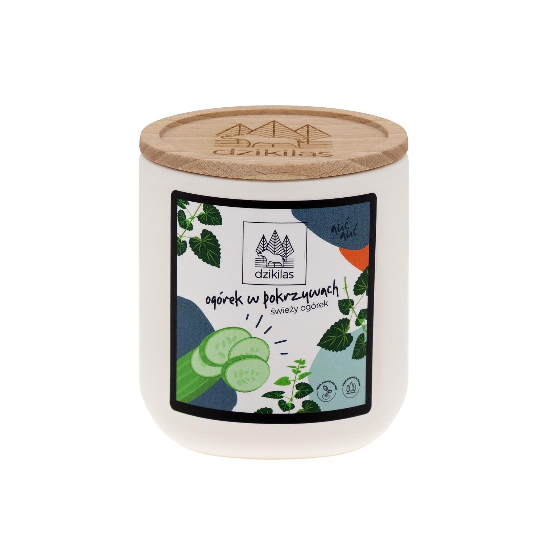 Poczuj świeży powiew lata dzięki świecy sojowej o zapachu ogórka z pokrzywą. Aromat ogórka i pokrzyw to orzeźwiający letni prysznic, który przypomni Ci chwile, gdy rozkoszowałeś się błogim lenistwem. Pokrzywy z dzikiegolasu to samo zdrowie zamknięte w eleganckim naczyniu. Chcemy Ci zaproponować zupełnie inny produkt ! Naturalną alternatywę dla szkodliwych świec z parafiny. Oto świece : Wykonane z wosku rzepakowego z domieszką 5% wosku pszczelego oraz naturalnych certyfikowanych olejków eterycznych. Wosk z którego jest wykonana nasza świeca jest przyjazny Tobie i środowisku. Biodegradowalny, produkowany wyłącznie z surowców uprawianych w Europie, nie modyfikowanych genetycznie. Nasz knot jest ekologiczny, w 100% wyprodukowany bez użycia środków chemicznych z niebielonej bawełny, powleczony naturalnym woskiem (mieszanka wosku pszczelego i wosków roślinnych Nasza świeca o pojemności 180 ml, pali się od 45-50 godzin. Wosk rzepakowy ma gładką, mleczną strukturę, charakteryzuje się wydłużony