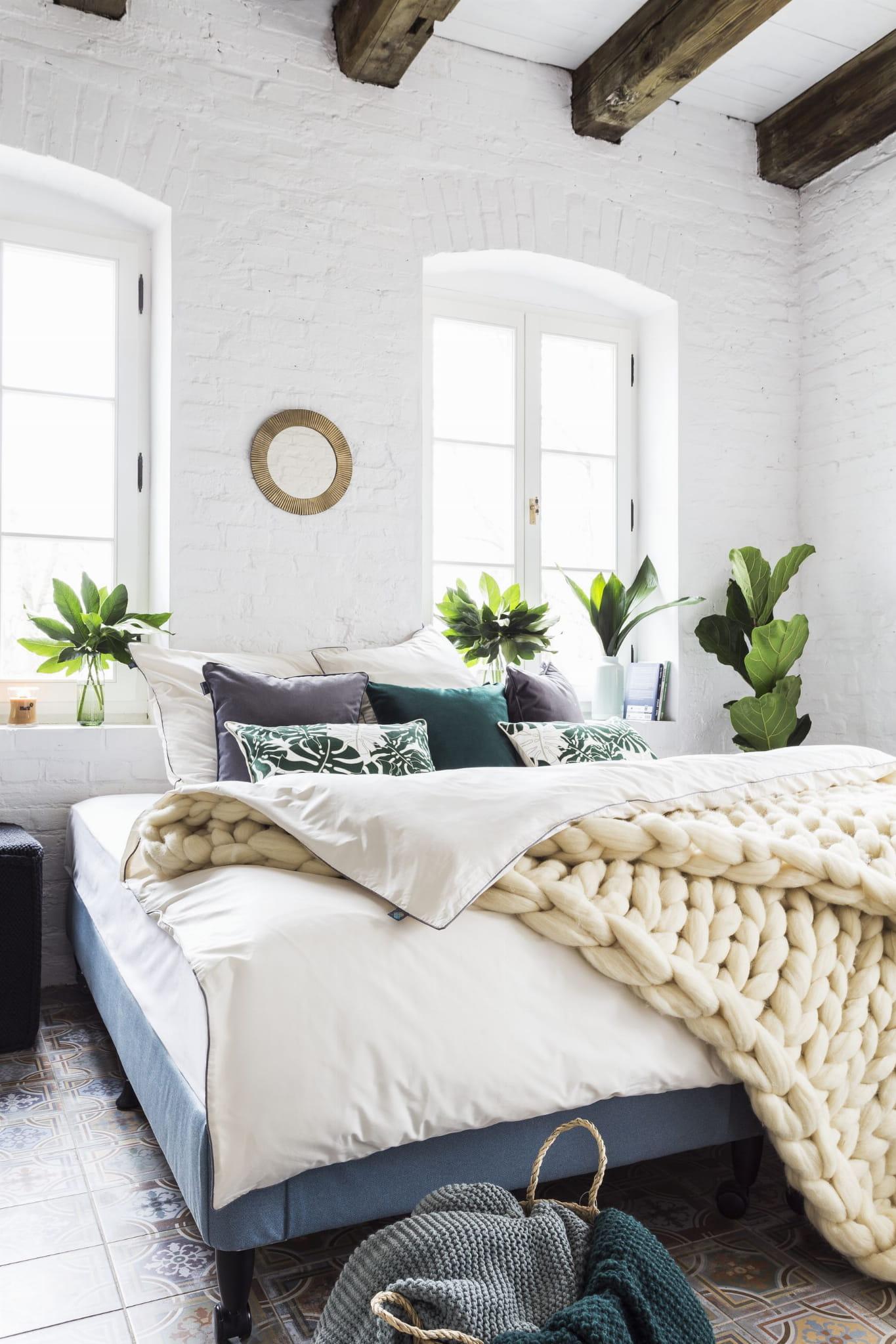 Pościel Avorio w kolorze ecru z minimalistyczną szarą lamówką. Bawełniana pościel idealnie komponuje się z dodatkami: poduszką w liście Fig Tree oraz ręcznie robionym pledem Ecru. Jako odpowiedzialny polski producent zwracamy uwagę na każdy szczegół, dlatego pościel We Love Beds jest: naturalna, wykonana w 100% bawełny egipskie mako, utkanej w Mediolanie zaprojektowana i wykonana w Polsce przez nasze doświadczone polskie krawcowe, bardzo gęsto tkana , wytrzymała, a zarazem lekka, szczególnie przyjemna i miła dla skóry, zapinana na zamek błyskawiczny specjalnie skonstruowany do pościeli ( dla lepszego komfortu użytkowania ) japońskiej marki YKK z dożywotnią gwarancją* w identycznym kolorze Pantone co bawełna uszyta nićmi światowego lidera, identycznymi w kolorze Pantone co bawełna wykończona ozdobną bizą - lamówką w kolorze szarym, charakterystycznym dla naszej marki pakowana w eleganckie prezentowe pudełko Pościel nie obejmuje wypełnienia *dożywotnia gwarancja zamka – wymienimy zamek n