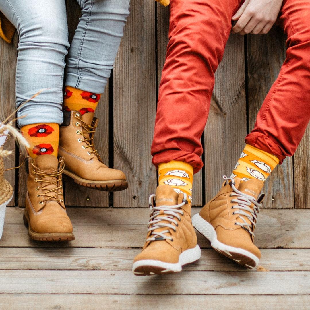 Śmieszne, kolorowe skarpetki FAVES Socks & Friends w rozmiarze 42 - 46 z kolekcji polskiej w pierogi!Poznaj kolorowe skarpety marki Faves Socks & Friends i dodaj swoim stylizacjom odrobinę szaleństwa, a podróżnicze motywy niech inspirują Cię do wypraw małych i dużych. Wzory skarpet przedstawiają symbole charakterystyczne dla danego kraju. Znajdziesz u nas także więcej motywów z tej kolekcji w innych rozmiarach - może to idealny pomysł na skarpety dla całej rodziny?Rozmiar: 42 - 46Made in Poland. – produkty są zarówno projektowane jak i produkowane wyłącznie w Polsce.Bawełna stosowana w skarpetach posiada certyfikat OEKO TEX, który stanowi gwarancję bezpieczeństwa dla skóry.Skład skarpet: 80% bawełny czesanej / 15% poliamidu / 5% elastanuDostępne są także inne kolekcje/kraje we wszystkich rozmiarach. Sprawdź nasze zestawy dla całej rodziny.