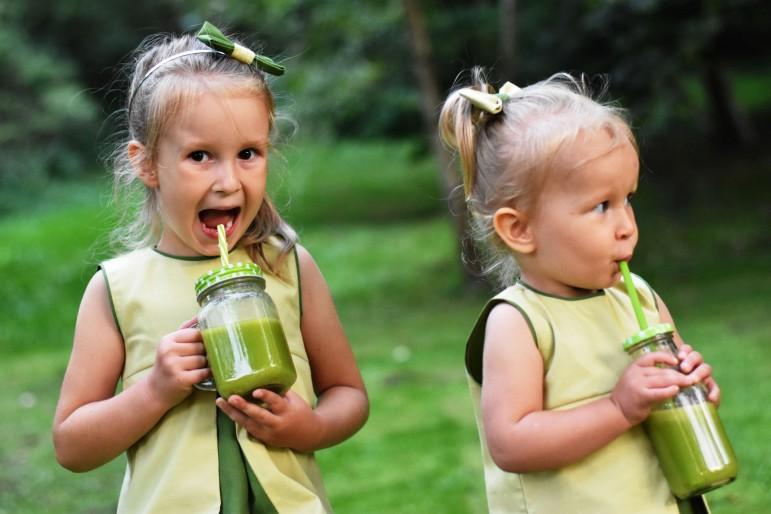 Ciekawa propozycja dla obu dziewczynek w tym samym lub różnym wieku. Dwie sukienki z kontrafałdą, o pięknym subtelnym kolorze zieleni, świetnie odnajdą się w codziennych stylizacjach, ale też jako kreacje na specjalne okazje. Świetny pomysł na wspólna stylizację siostrzyczek i przyjaciółek, który zachwyci każdego!Dokładny opis sukienek znajdziesz tutaj: Mała Dama