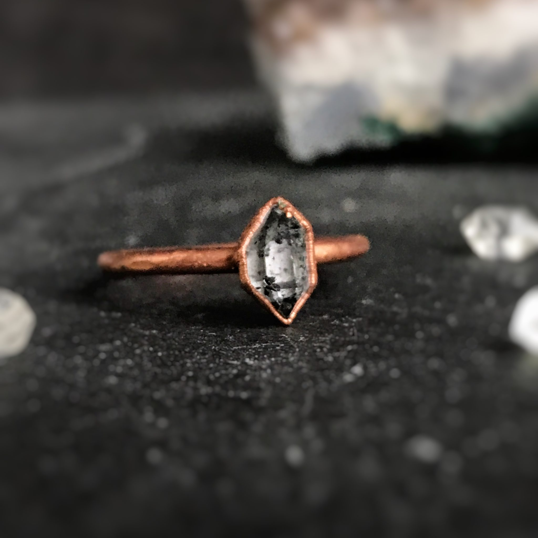 """Ręcznie robiony pierścionek z """"diamentem"""" Herkimer. Jest to odmiana kwarcu, jest to surowa forma tego minerału, nazwany jest diamentem właśnie przez sposób w jaki rośnie. Jest to kamień urodzinowy dla osób urodzonych w kwietniu, będzie świetnym pomysłem prezentem dla osoby urodzonej w tym miesiącu lub upamiętniającym osobę urodzoną w kwietniu. Rozmiar pierścionka to 15, średnica wew. 17 mm. Kamień ma piękne inkluzje. Dostępne są podobne pierścionki w innych rozmiarach. Jeśli nie ma twojego, mogę wykonać podobny na zamówienie w danym rozmiarze."""