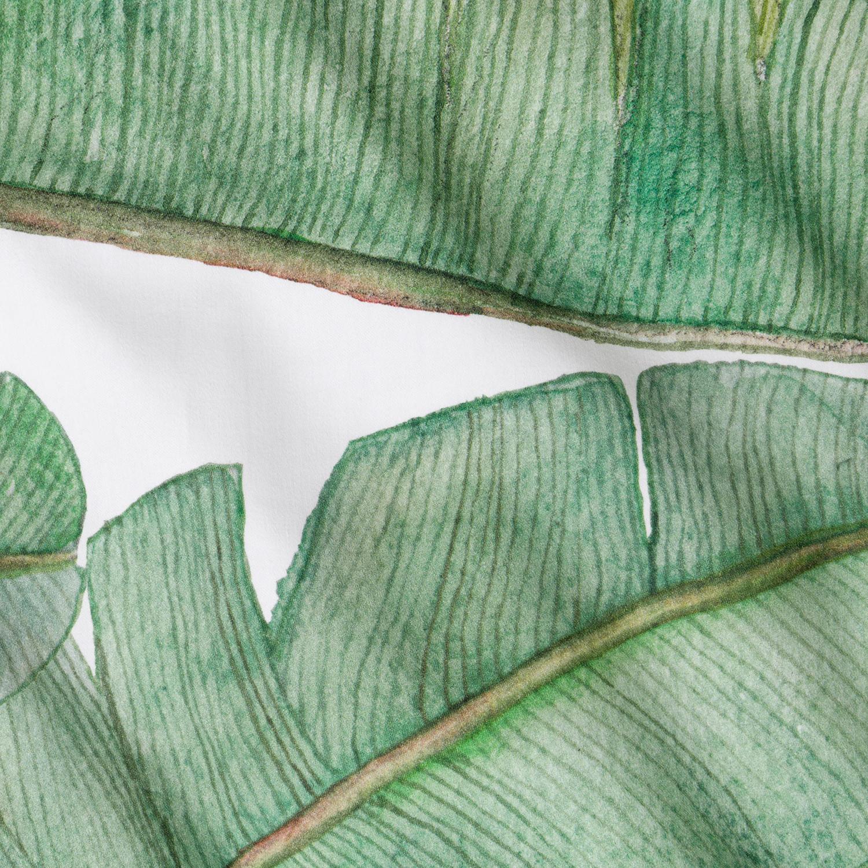 Dwustronna pościel z ręcznie malowanym wzorem liści bananowca Stworzona z myślą o tych którzy każdego dnia marzą o podróży w głąb egzotycznej dżungli 100 bawełny o splocie satynowym gramatura 140 g m 2 tkanina oraz nadruk posiadają certyfikat Oeko Tex Standard 100 klasy I który gwarantuję że pościel nie wywołuje podrażnień Jest bezpieczna dla niemowląt oraz alergików poszewki na poduszki z dyskretną zakładką poszewka na kołdrę wiązana na ozdobne troczki ręcznie malowany wzór przez niesamowitą projektantkę Agnieszkę Kobylińską pościel uszyta w rodzimej szwalni komplet nie obejmuje wypełnień produkt całkowicie zaprojektowany i wyprodukowany w Polsce Pościel Liście Bananowca została wykonana ze 100 bawełny o delikatnym satynowym splocie dzięki czemu jest bardzo miękka i idealnie gładka Wysoka gramatura tkaniny 140g m 2 zapewnia trwałość i odporność na uszkodzenia Posiadamy certyfikat Oeko Tex Standard 100 klasy I który gwarantuje że pościel jest bezpieczna dla najmłodszych dzieci i alergi