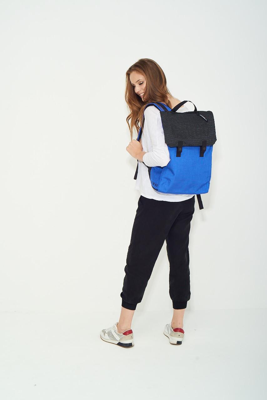 Plecak REFLECTIVE dla tych, którzy chcą mieć wolne ręce w każdej sytuacji, na przykład na rowerze. Wygodny plecak z dwiema zewnętrznymi, dyskretnymi kieszeniami na drobiazgi. Wewnątrz osobna kieszeń na laptop. Zmieścisz w nim nie tylko laptop i notatki z wykładu, ale również strój na WF i kilka książek. Albo wszystko to, czego potrzebujesz w podróży, bo plecak CARGO jest idealny na bagaż podręczny do samolotu. Z wersją REFLECTIVE bezpiecznie przemieścisz się rowerem po zmroku, bo wszyta w materiał odblaskowa nitka sprawia, że oświetlony przez nadjeżdżający samochód plecak widoczny jest z odległości 150m. Wyprodukowany w Polsce!