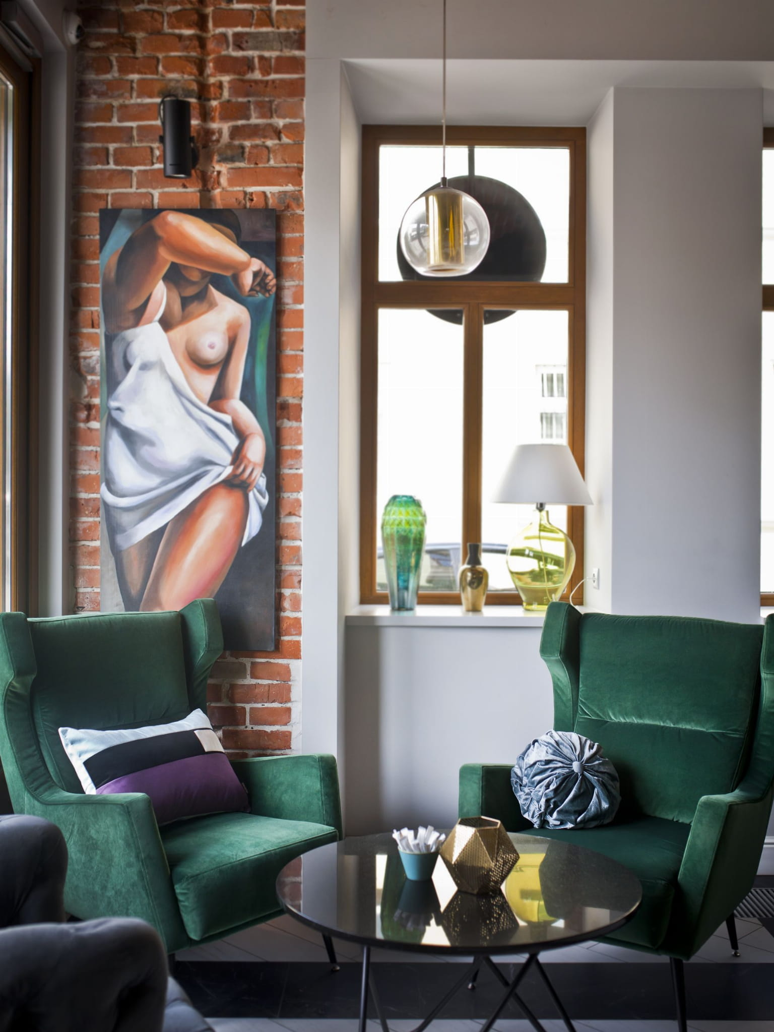 Poszewka dekoracyjna Los Angeles Główną inspiracją kolekcji poduszek dekoracyjnych Fashion Capitals, stworzonej wspólnie z projektantką wnętrz- Agnieszką Chlebdą, był design lat 60-tych. Światowe stolice designu prezentowały wtenczas (powracające dziś do łask) fotele z drewnianym oparcie, kultowe meblościanki, tapicerowane wersalki, czy pełne koloru, szklane wazony. Projekt asymetrycznych kształtów oraz barwnych tkanin, nadaje wnętrzu nietuzinkowego stylu. Poszewkę wykonano z weluru, materiału delikatnego, miękkiego oraz łatwego do wyczyszczenia. Idealnie nada się do minimalistycznej i gustownej przestrzeni. Każdy produkt pakujemy w kredowy kartonik, wyściełany muślinowym papierem. Poduszka idealnie sprawdzi się tym samym jako wyjątkowy prezent. Poduszka dekoracyjna Los Angeles tworzy piękny zestaw z poduszkami: Limpet Shell. Zadbaj a swoje wnętrze. Kolor: niebieski, fioletowy, ecru, czarny. Dostępne rozmiary : 40x60 cm - pasuje do niej wkład jedwabny 45x65 cm Tkanina : Poliester Wymia