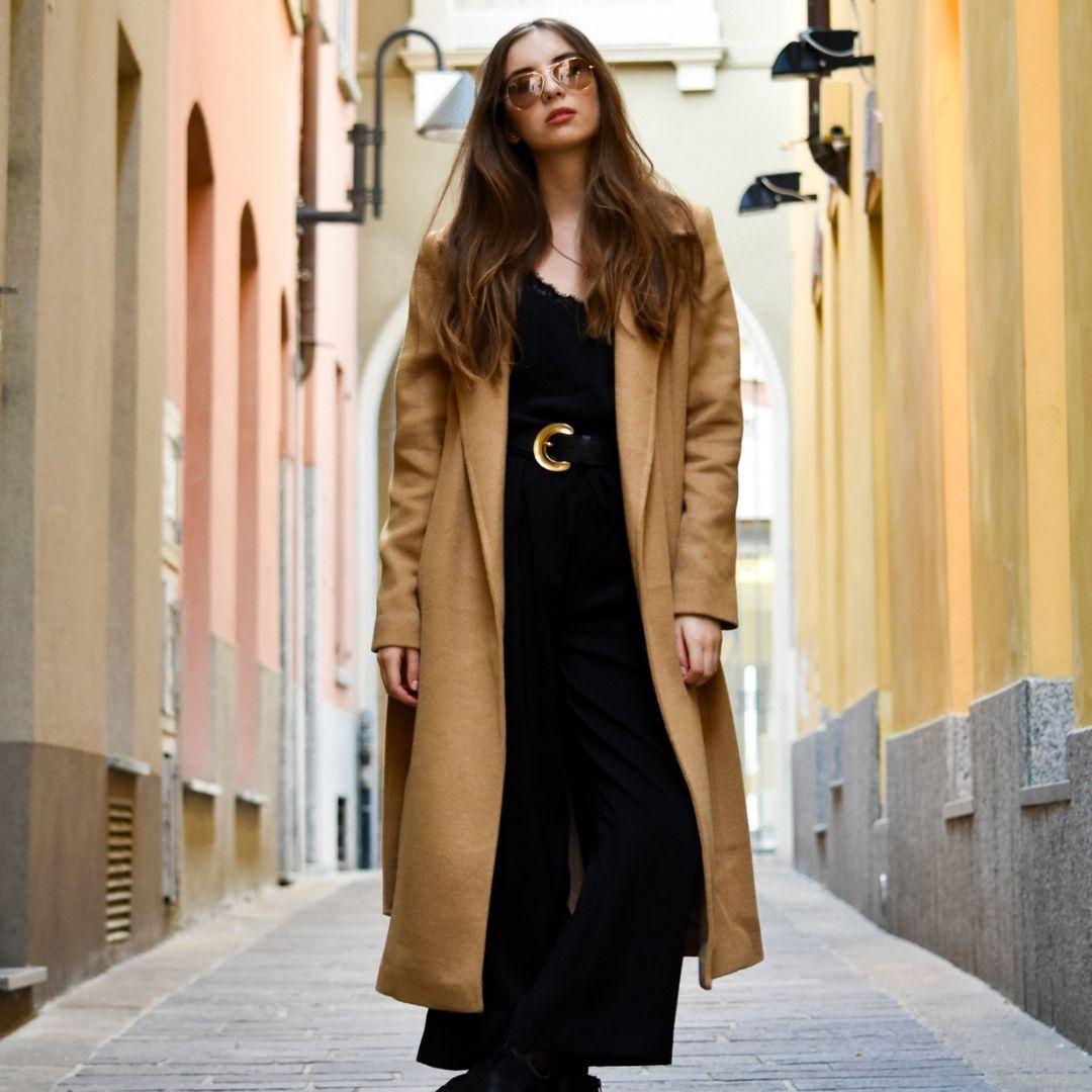 DŁUGI WEŁNIANY PŁASZCZ DAMSKI CAMEL Otul się włoską wełną z najnowszej limitowanej kolekcji Holystic Buongiorno Italia Przedstawiamy długi płaszcz wełniany w klasycznym camelowym kolorze. Postawiłyśmy na minimalistyczny, szlafrokowy fason, który otuli Cię w mroźne dni. Płaszcz zachwyca jakością wykonania. Został uszyty z włoskiej wełny w naszej rodzinnej szwalni w województwie świętokrzyskim. Jest przemiły, ciepły i miękki w dotyku. Rozpięty stwarza nonszalancki, streetwear'owy look, natomiast zapięty paskiem pięknie podkreśla talię. Zdecydowany must have tego sezonu! Dlaczego go pokochasz Zadbałyśmy o każdy detal. Mamy manię na punkcie jakości wykonania. Minimalistyczny, zgrabny fason. Dodając pasek pięknie podkreślona talia. Magia! Piękna włoska wełna. Miękka, miła w dotyku i trwała! Czarny płaszcz szlafrokowy dopełni Twoją kapsułową szafę. Bez niego to nie to samo! Zaprojektowany i uszyty w rodzinnej szwalni w województwie świętokrzyskim. Materiał i pielęgnacja Skład materiału: 58%