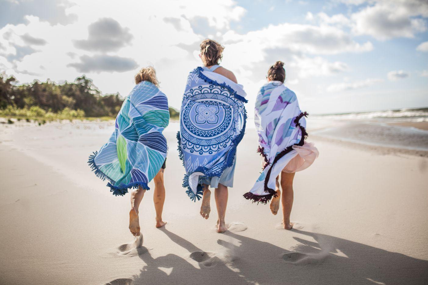Dla amatorów polskich plaż Granatowo zielone fale piaszczyste plaże sosnowe lasy i słońce – te wszystkie elementy stworzyły nasz kolorowy okrągły ręcznik Bałtyk Kochamy nasze morze mimo czasami kapryśnej pogody i jesteśmy przekonane że spędzicie z nim mnóstwo przyjemnych chwil podczas letniego odpoczynku Lekko abstrakcyjny print wpisze się w gusta spragnionych morskich przygód surferów jak i amatorów spacerów po sopockim molo Jak go nosić? Lubi plażę piasek i dobrą zabawę dzięki temu że ma aż 150 cm średnicy pomieści Ciebie solo jak i w towarzystwie Chętnie chodzi na piknik ale sprawdza się również jako kompan podczas wakacyjnych wędrówek A gdy skończą się wakacje z chęcią ułoży się na Twojej kanapie w charakterze narzuty przynosząc na myśl najlepsze wspomnienia i dodając wystrojowi Twojego domu lekkiej nuty boho Poznaj lepiej swój okrągły ręcznik i traktuj go z miłością · Ręcznik zrobiony jest w 100 z wysokiej jakości bawełny frotte 400 g m2 i wykończony delikatnymi frędzlami · Weluro