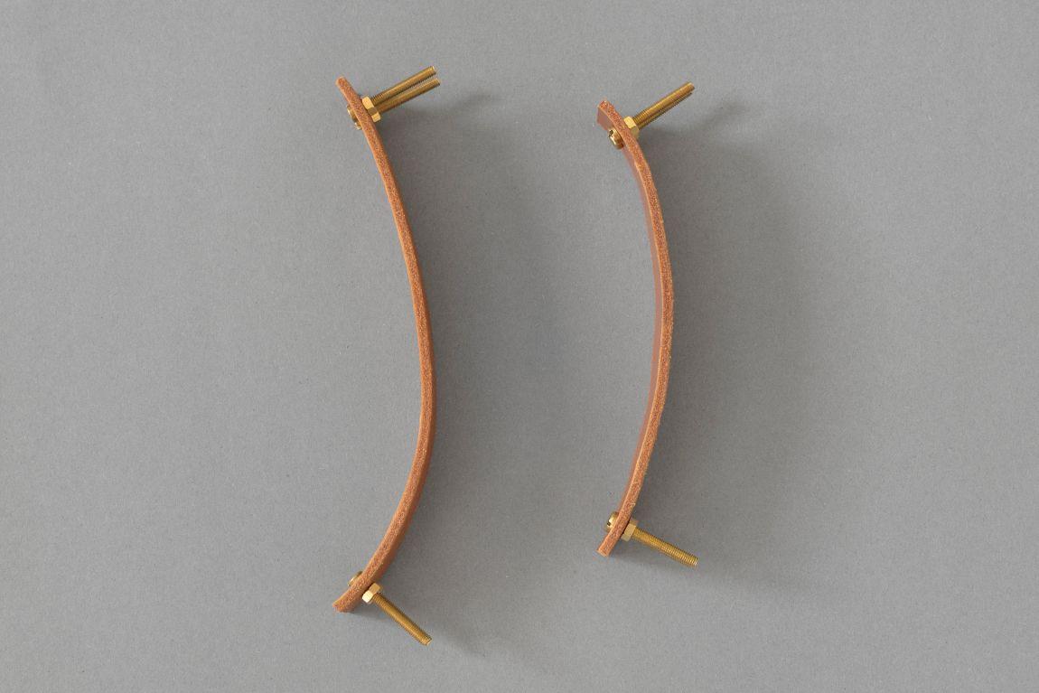 Uchwyt meblowy Lade Ny Maxi to wykonany z naturalnej skóry oryginalny dodatek do mebli Wykorzystanie dwóch śrub podkreśla szerokość skórzanego paska i stanowi oryginalne rozwiązanie Wariant 2 wykonany jest ze skóry naturalnej barwionej na kolor jasnobrązowy Materiały: skóra bydlęca garbowana roślinnie o grubości 3 4 mm 4 śruby mosiężne lub stalowe M4 o długości 30 mm z nakrętkami Wymiary: 35 mm szerokości 20 mm wysokości po zamontowaniu Uchwyt skórzany dostępny w dwóch długościach: 158 mm sugerowany do rozstawu otworów 128 mm 190 mm sugerowany do rozstawu otworów 160 mm Skóra licowa to szlachetny materiał Aby pięknie się starzał należy dbać o niego korzystając z preparatów do pielęgnacji skóry licowej