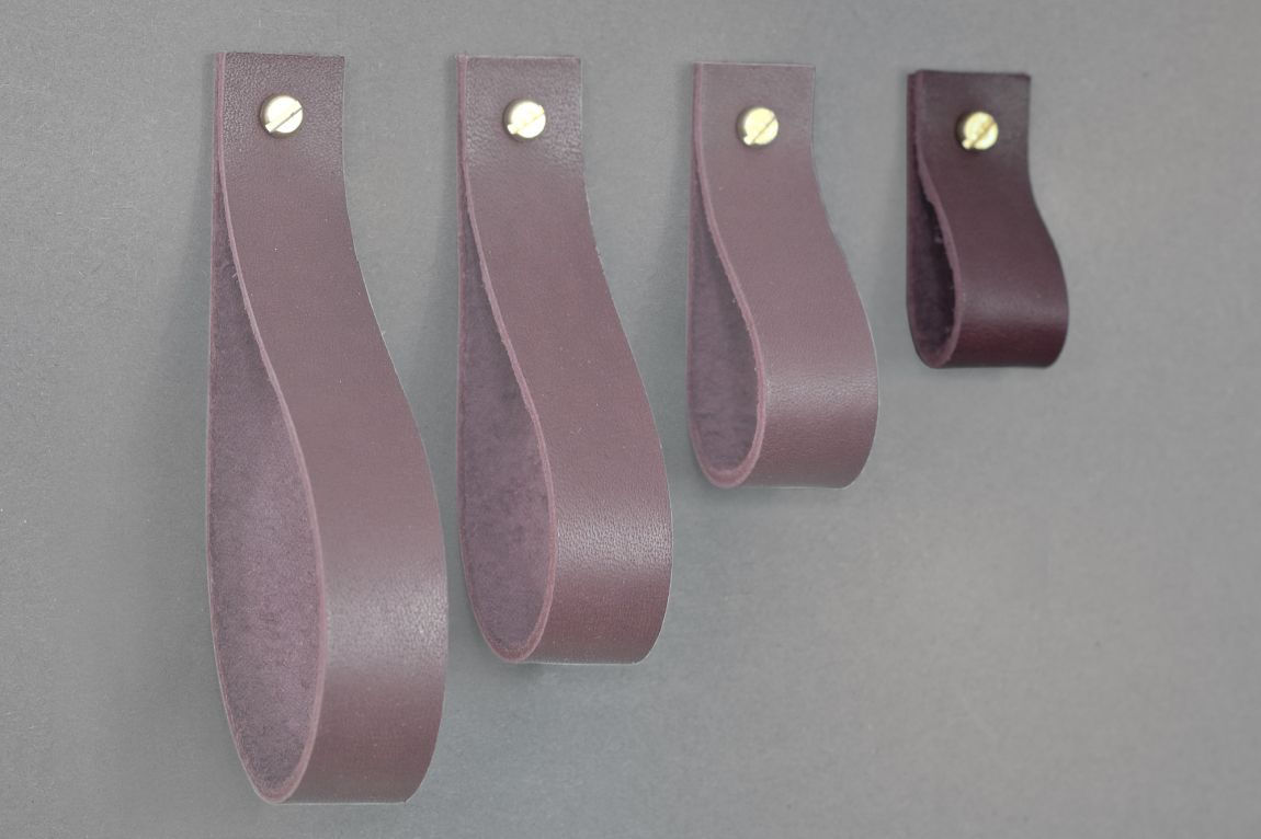 Skórzany uchwyt meblowy Lade stanowi idealne uzupełnienie mebli nowoczesnych jak i tradycyjnych Jest to praktyczne a przy tym oryginalne rozwiązanie które ociepli każde wnętrze Wariant 7 uchwytu wykonany jest ze skóry barwionej na kolor wiśniowy Materiały: skóra bydlęca garbowana roślinnie o grubości 3 4 mm śruba mosiężna lub stalowa M4 o długości 30 mm z nakrętką Wymiary: 20 mm szerokości 25 mm wysokości Uchwyt skórzany dostępny w czterech długościach: 50 mm po zawinięciu 70 mm po zawinięciu 102 mm po zawinięciu 126 mm po zawinięciu możliwe inne długości na zamówienie Skóra licowa to szlachetny materiał Aby pięknie się starzał należy dbać o niego korzystając z preparatów do pielęgnacji skóry licowej Wybarwienie wersji naturalnej kremowej nie jest idealnie jednolite co stanowi o jej niepowtarzalności