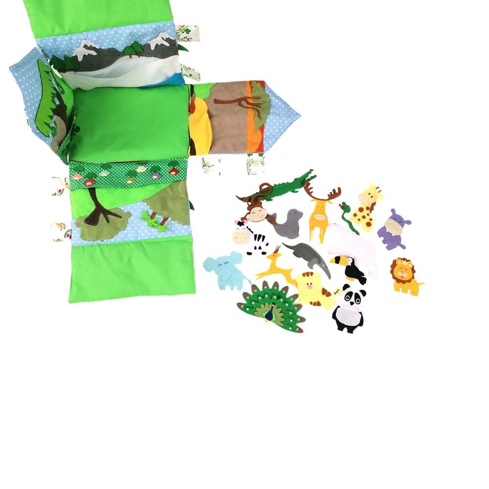 Domek wykonany w całości ręcznie. Uszyty z największą starannością oraz z najwyższej jakości bawełny, filcu oraz zamszu eco. Całkowicie rozkładany, zapinany na rzepy oraz guziki. W środku znajdują się 4 najbardziej popularne krainy zoogeograficzne oraz zwierzęta im odpowiadające. Wymiary domku to 30/20/30 cm
