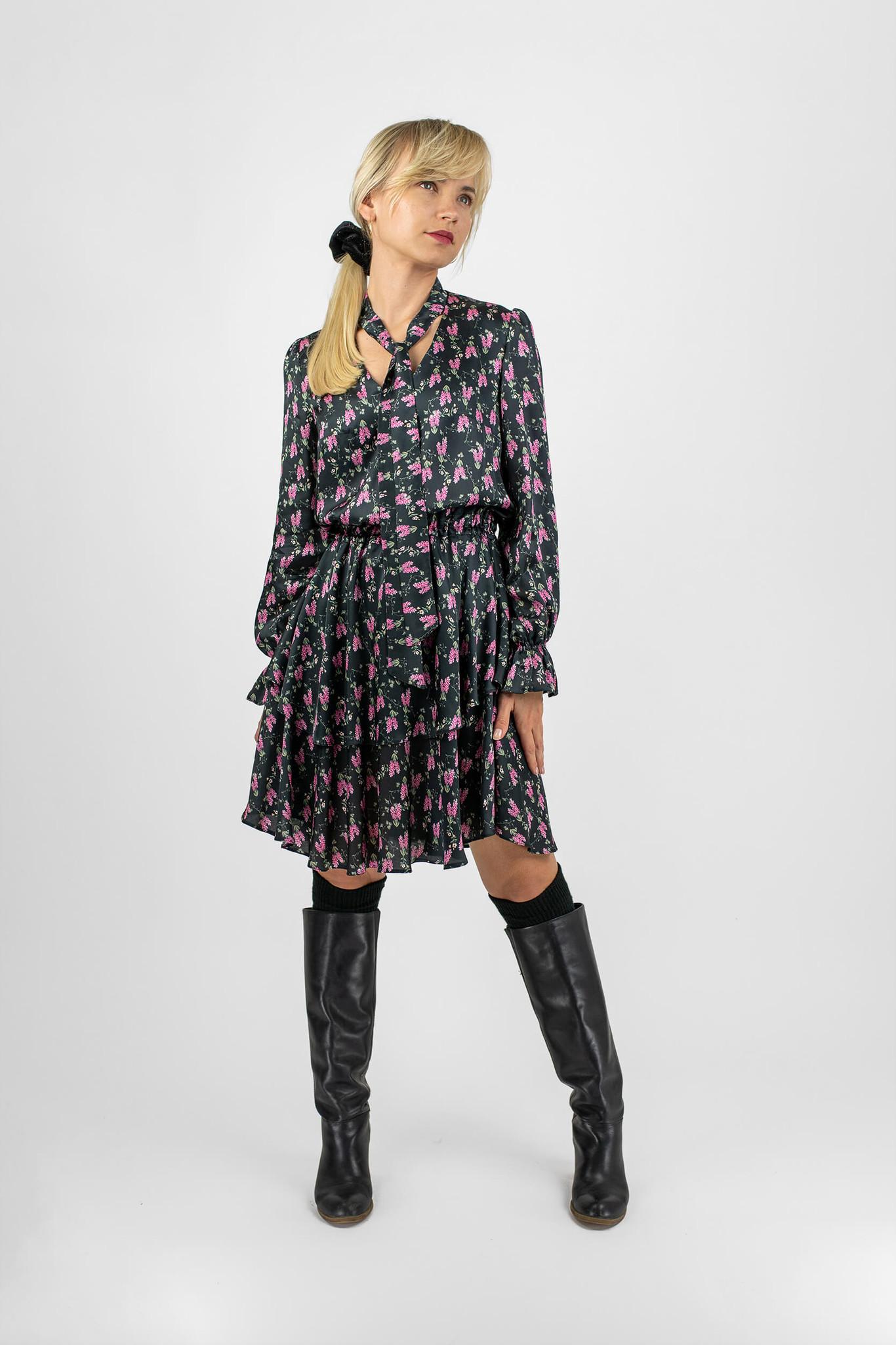 Sukienka uszyta jest z satynowej włoskiej wiskozy o kwiatowym wzorze Góra sukienki wykończona jest dekoltem w literę V i uroczą szarfą przy szyi którą można wiązać na wiele sposobów zmieniając charakter sukienki Długie poszerzane rękawy sukienki zakończone subtelną gumką nadają Lili romantycznego szyku Dół sukienki składa się z dwóch rozkloszowanych falban których asymetryczny kształt tworzy ciekawą formę Talia Lili podkreślona jest podwójną gumką dzięki której możemy regulować długości sukienki Lili Satynowa sprawdzi się na małe i większe wyjścia Świetnie prezentuje się w połączeniu z płaszczem bądź ramoneską Na co dzień noś ją z ciężkimi jesiennymi butami a wieczorem ze szpilkami Sukienka Lili występuję aż w 3 wersjach Lili Satynowa Jasna Łączka Ciemna Łączka – która skradnie Wasze serce? ; Skład: 100 wiskoza Modelka Paulina ma 168 cm wzrostu i nosi rozmiar S Rozmiar XS S M L Obwód biustu 90 95 100 110 Obwód bioder 126 132 138 144 Długość rękawa 63 63 66 66 Długość sukienki 100 100 1