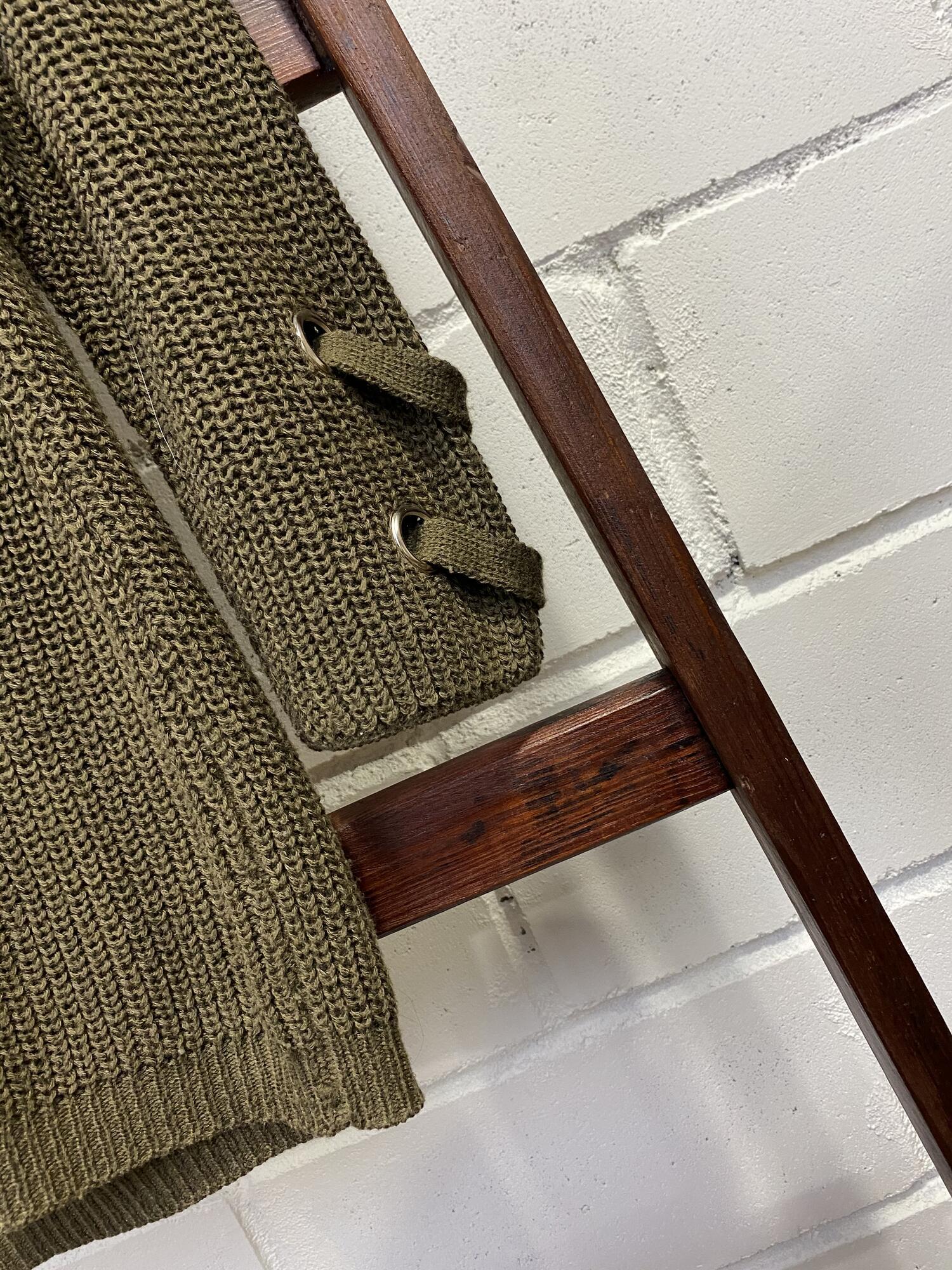 Luźny oliwkowy sweter z wiązanym dekoltem - Vintage Store   JestemSlow.pl